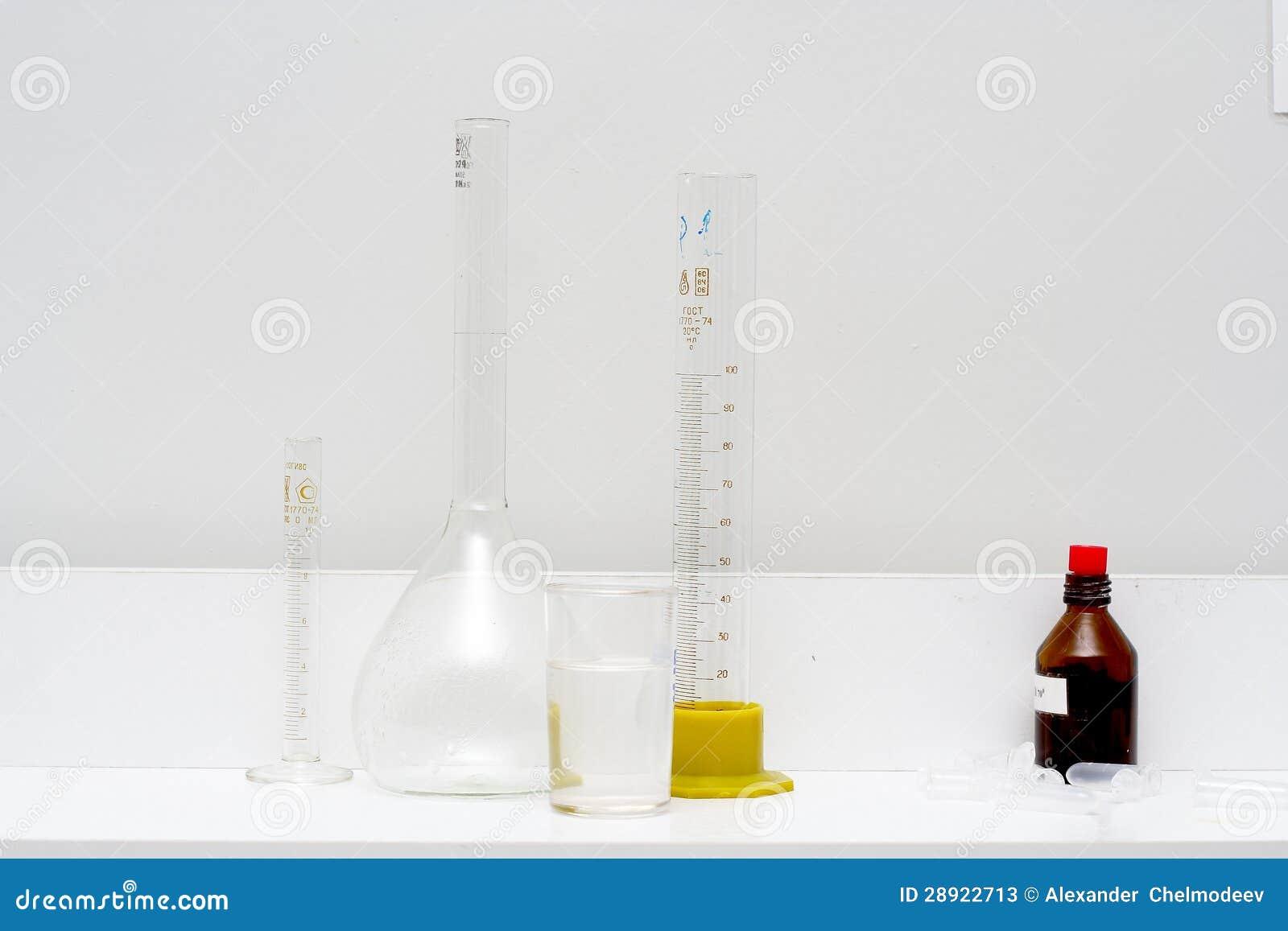 Pomiarowa butla, żarówka i tubka,
