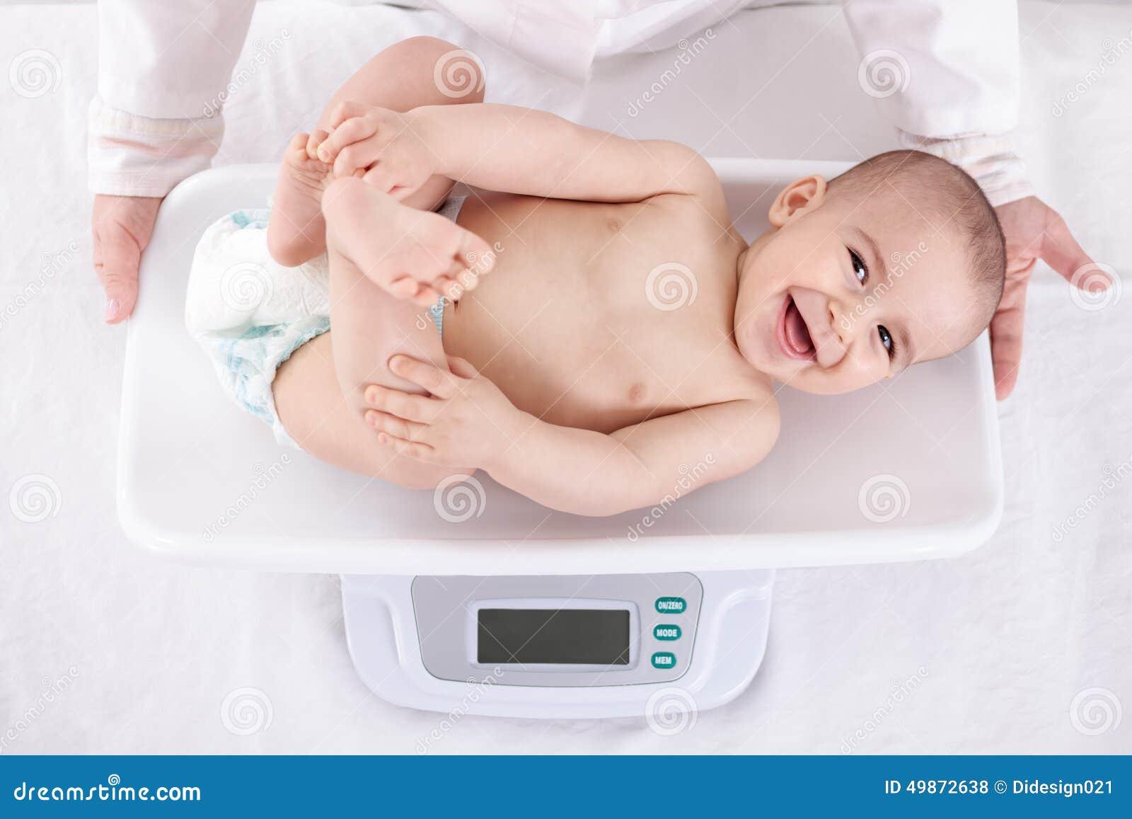 Pomiarowy ono uśmiecha się piękny wygodny mały dziecko