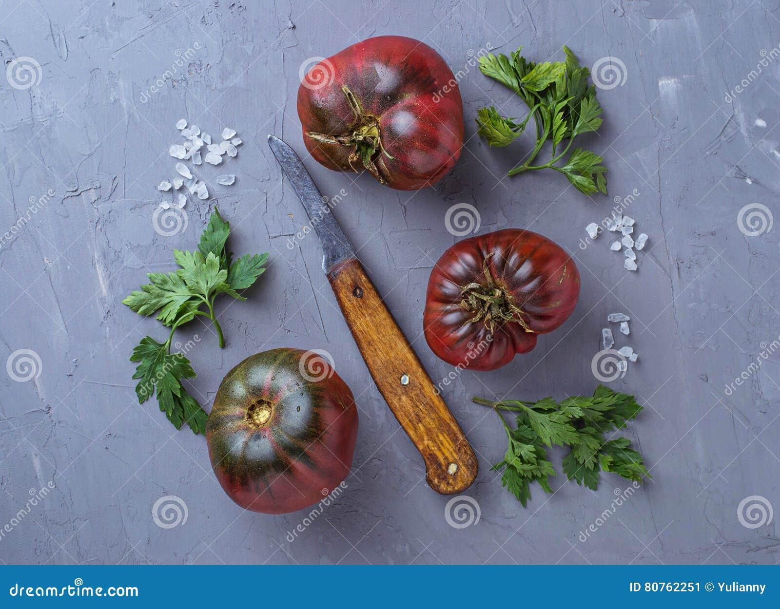 Pomidor, sól, pietruszka i nóż na szarość, betonujemy tło