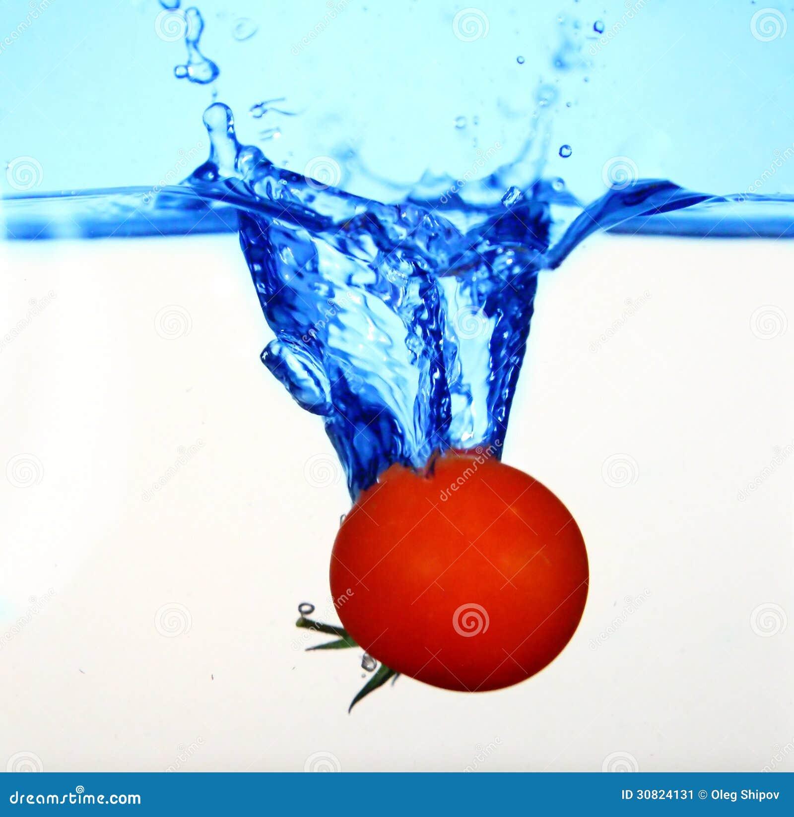 Pomidor w wodzie