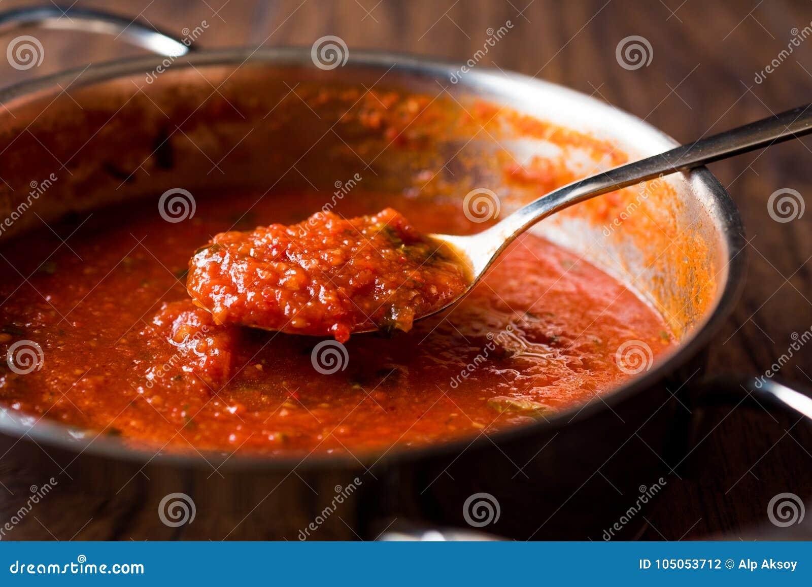 Pomidorowy kumberland z łyżką w metal niecce
