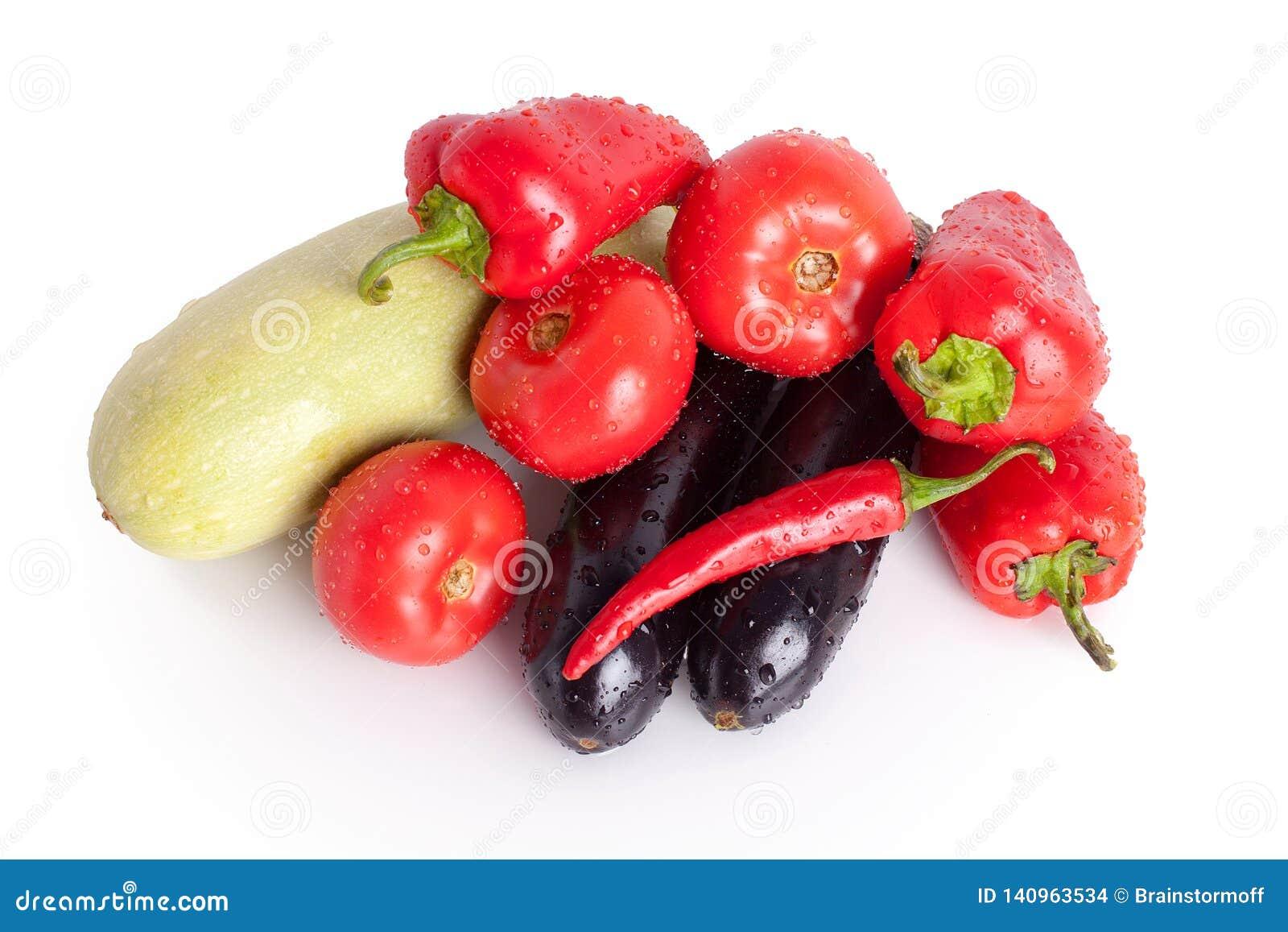 Pomidory, czerwoni słodcy pieprze, gorący chili pieprze, fiołkowe oberżyny, zielony zucchini w kroplach woda