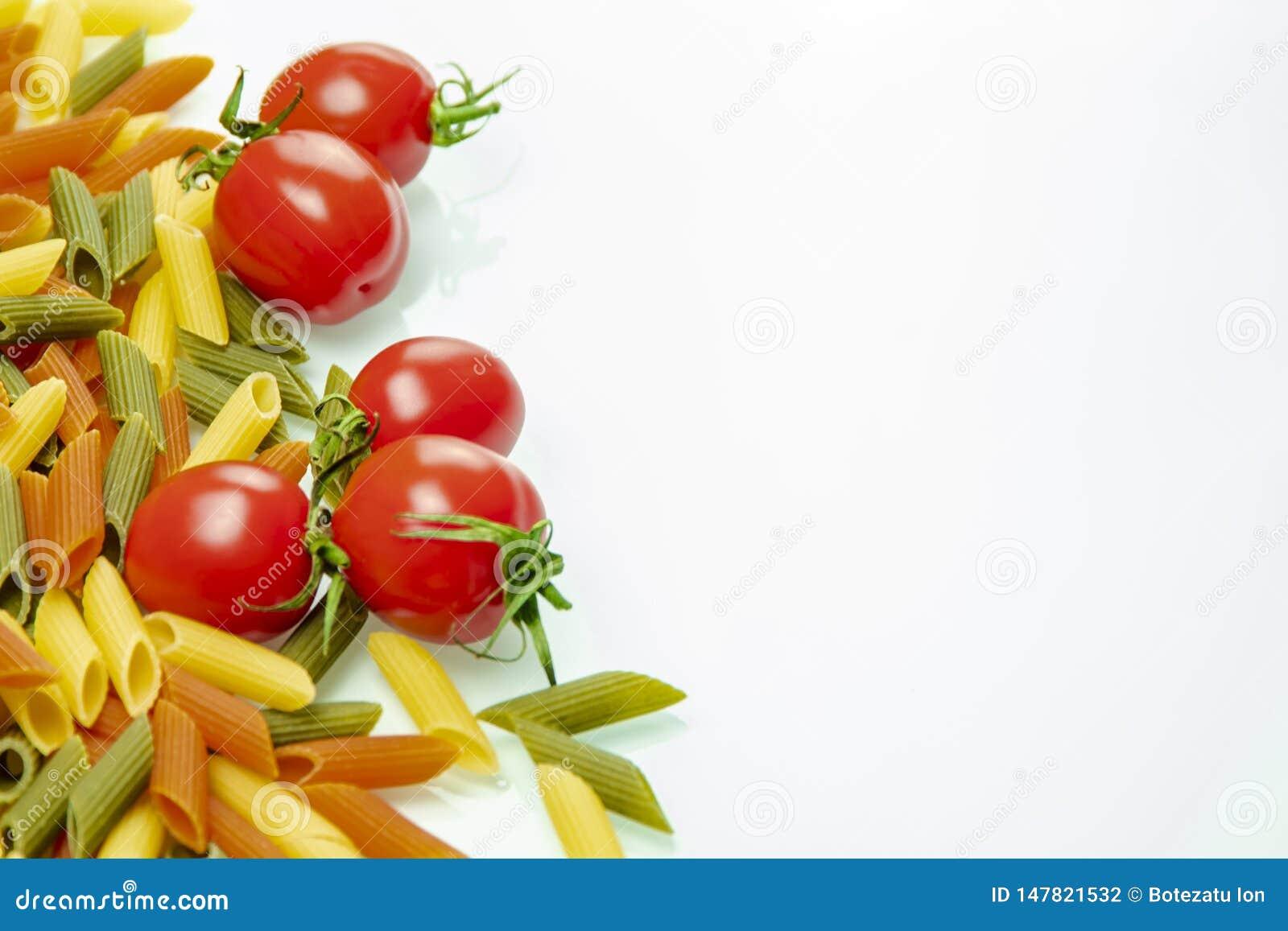 Pomidory i barwiony makaronu rozszerzanie się na dobrze