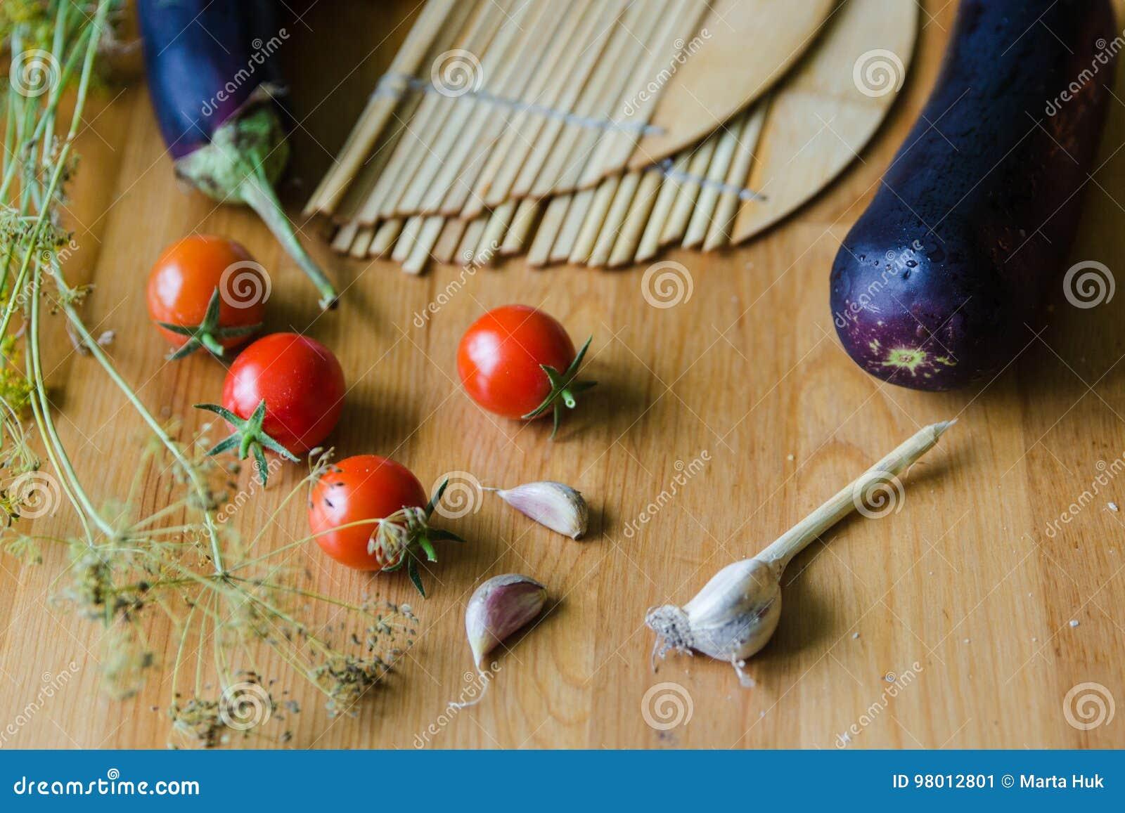 Pomidory, oberżyny i czosnku tło,