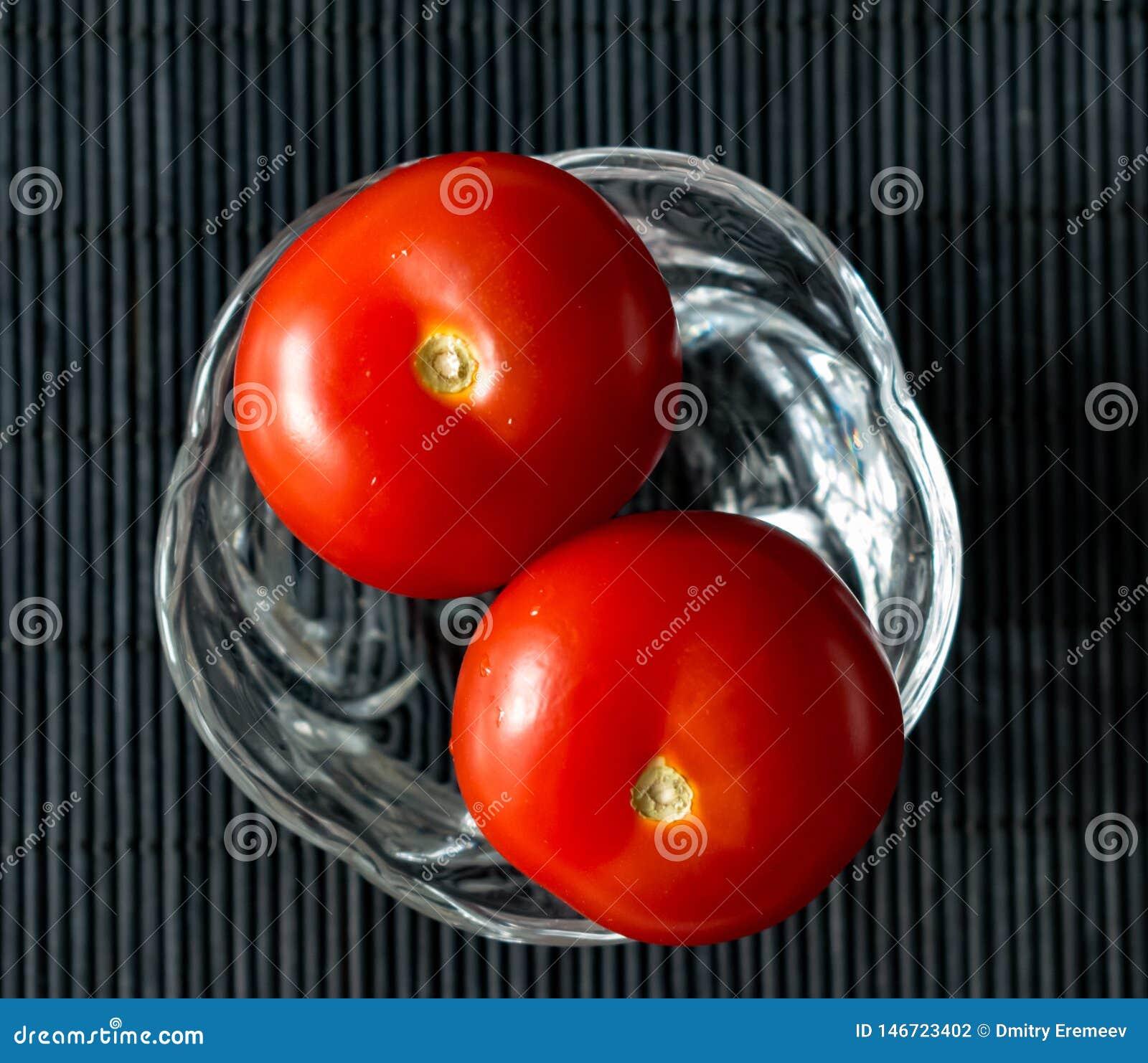 Pomidory w g?r? ma?ej szklanej wazy wewn?trz