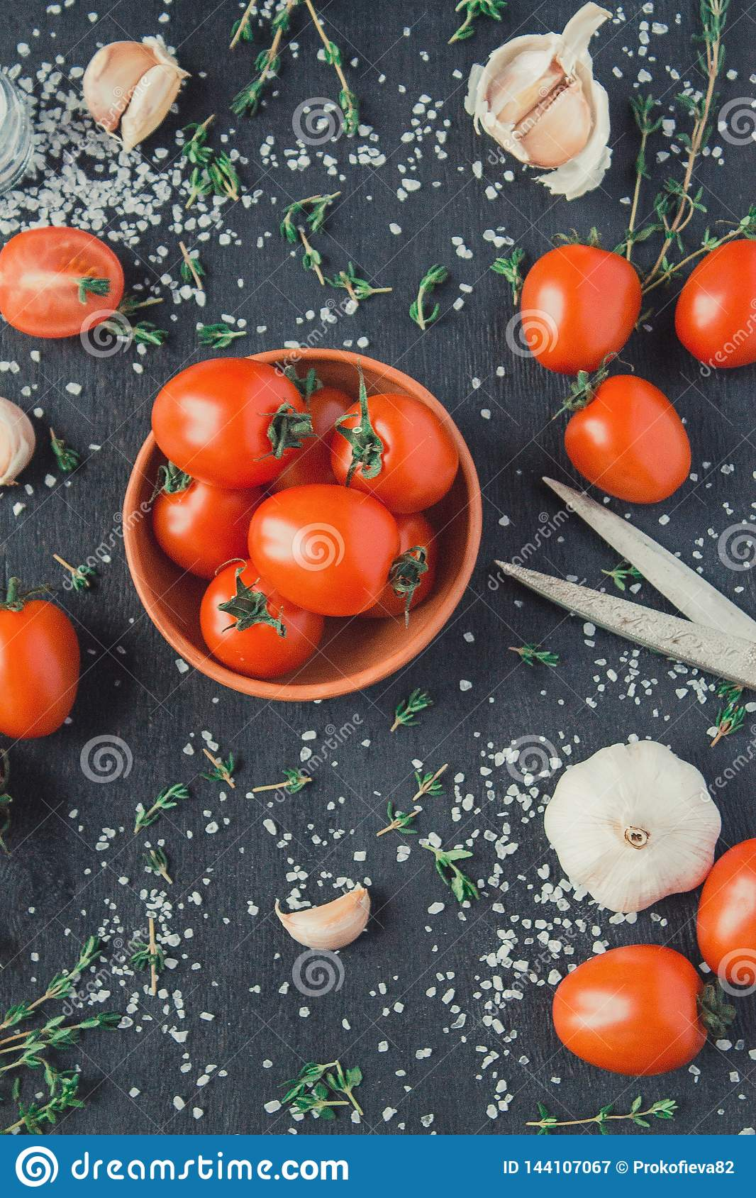 Pomidory w naczyniu na czarnym tle