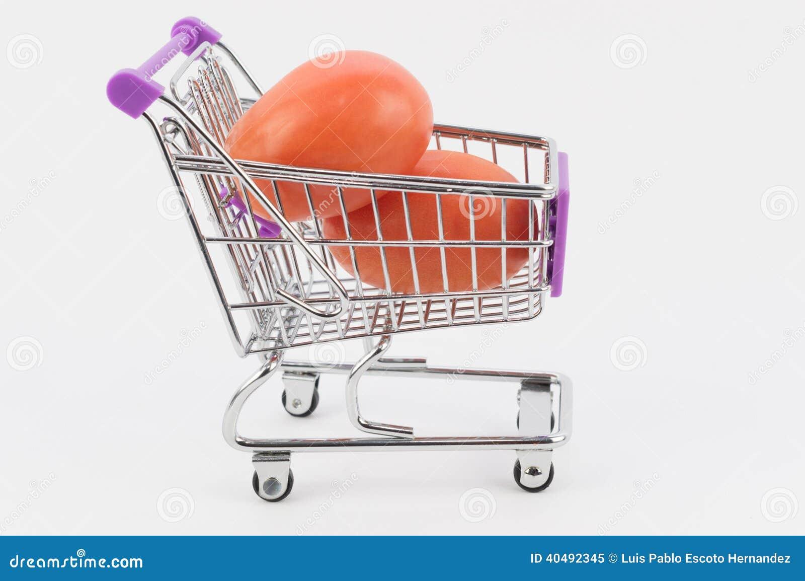 Pomidory w wózek na zakupy