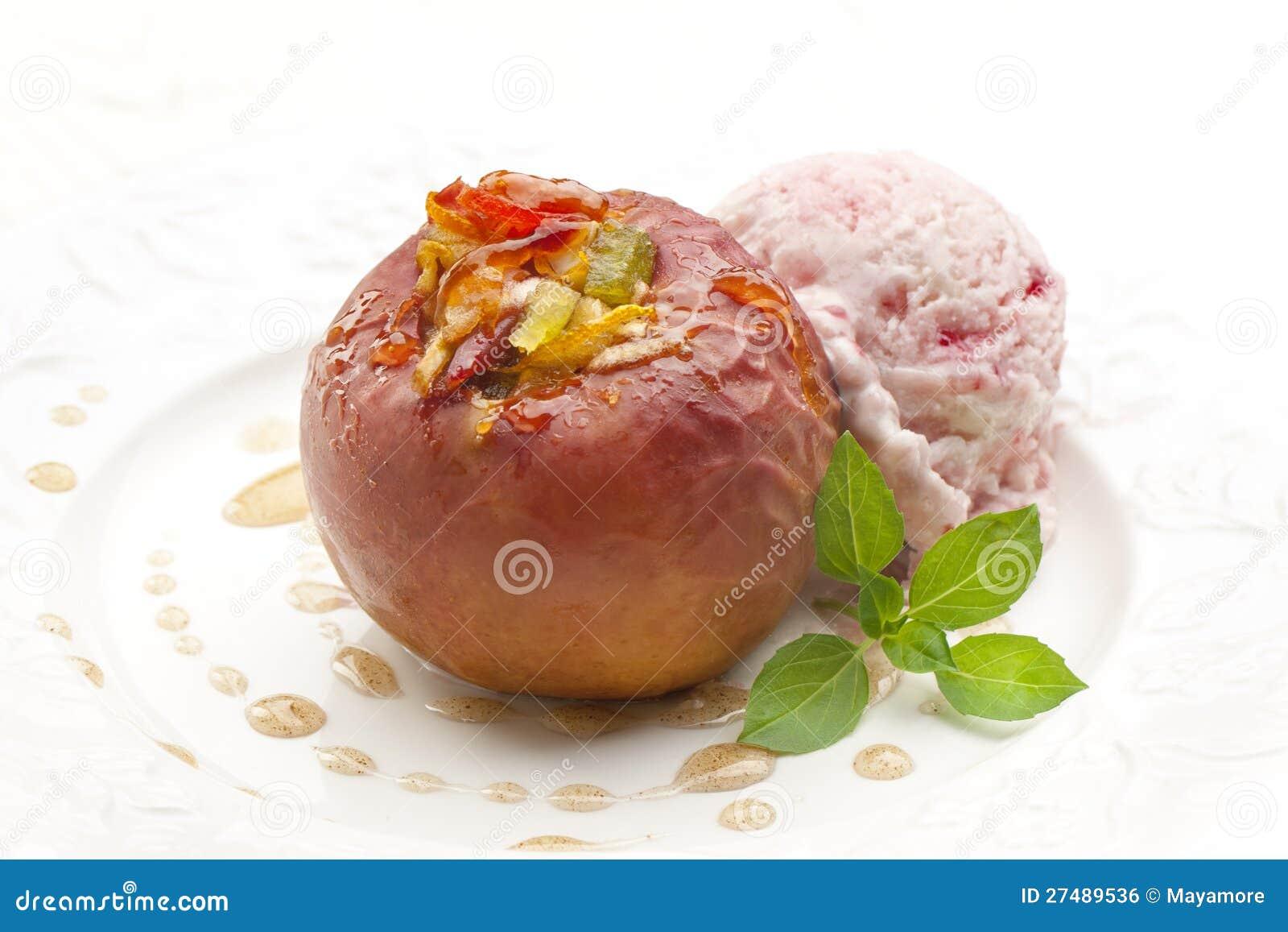 Pomme cuite au four sur le blanc