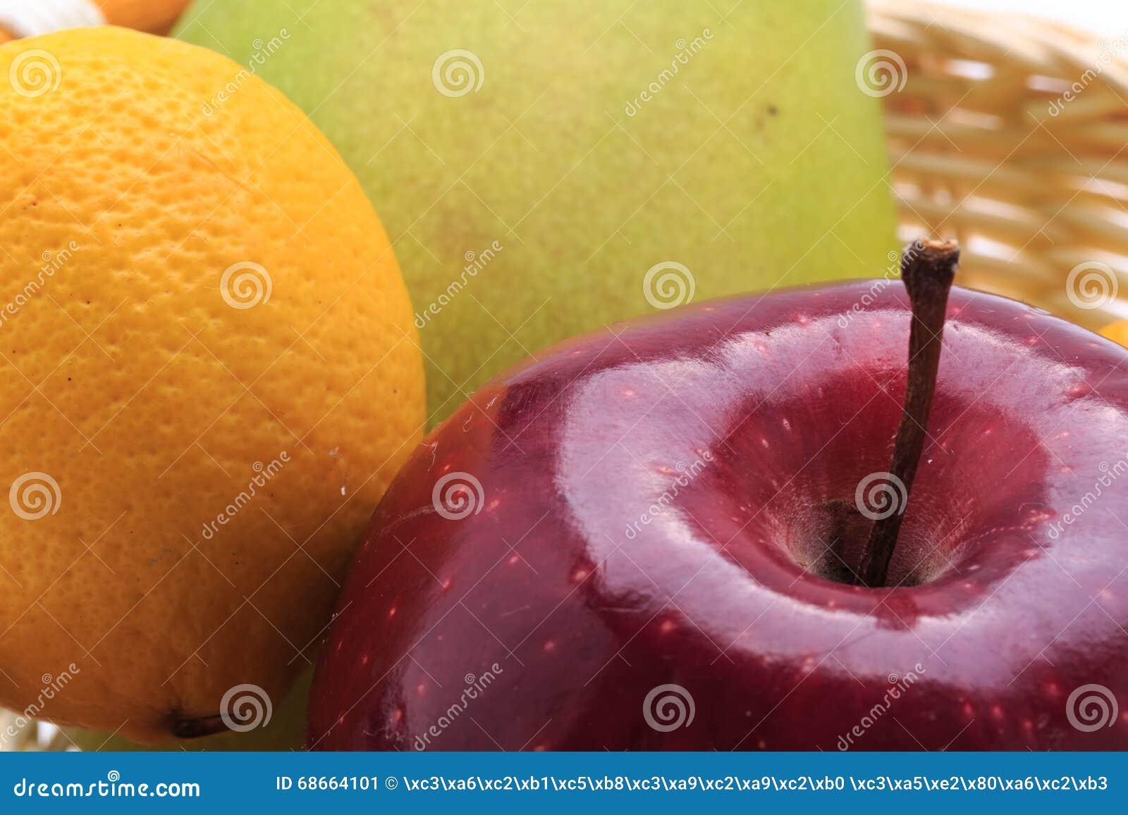 Pomme de mangue de citron dans le panier