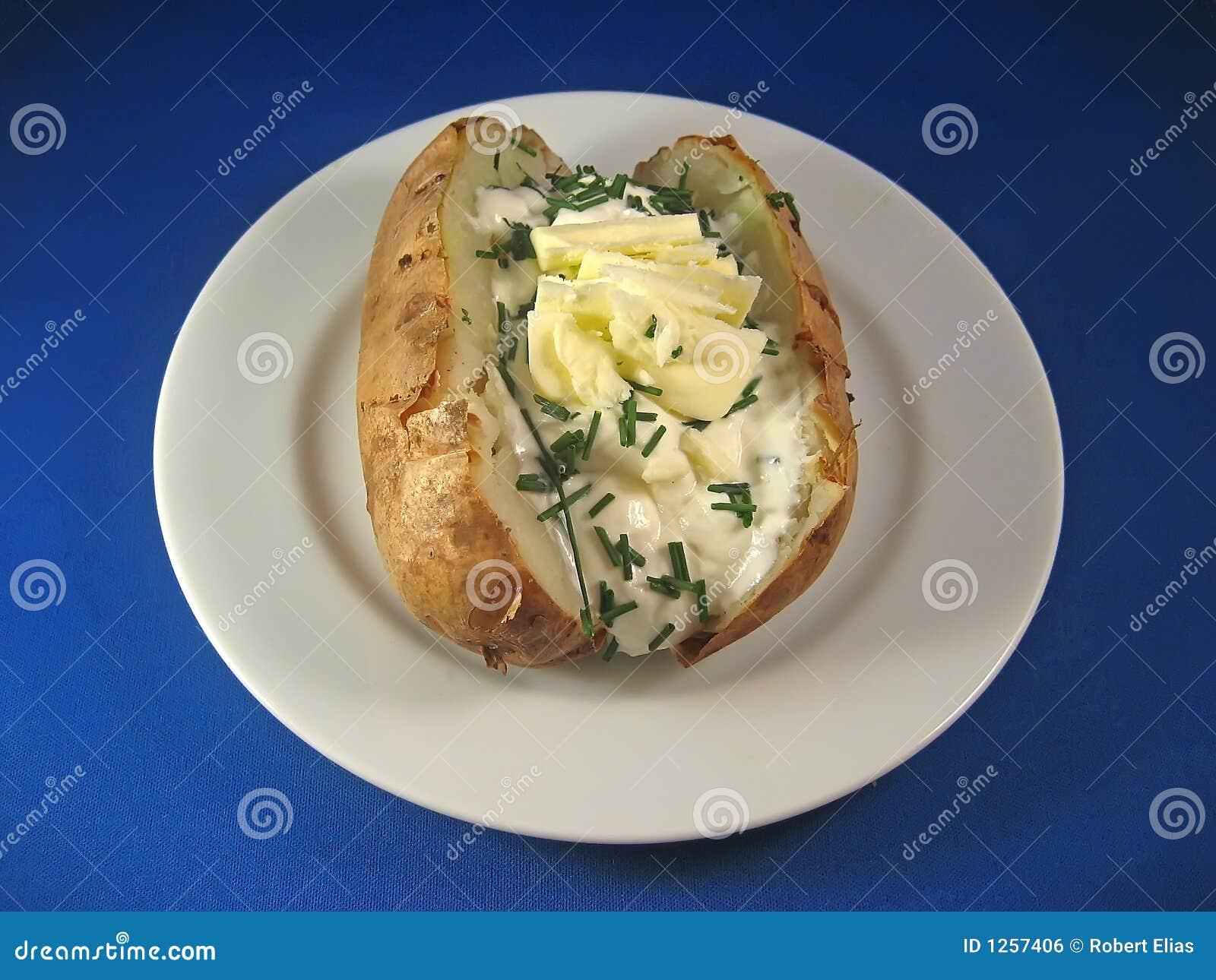 Pomme de terre cuite au four avec de la crème aigre et la ciboulette 2