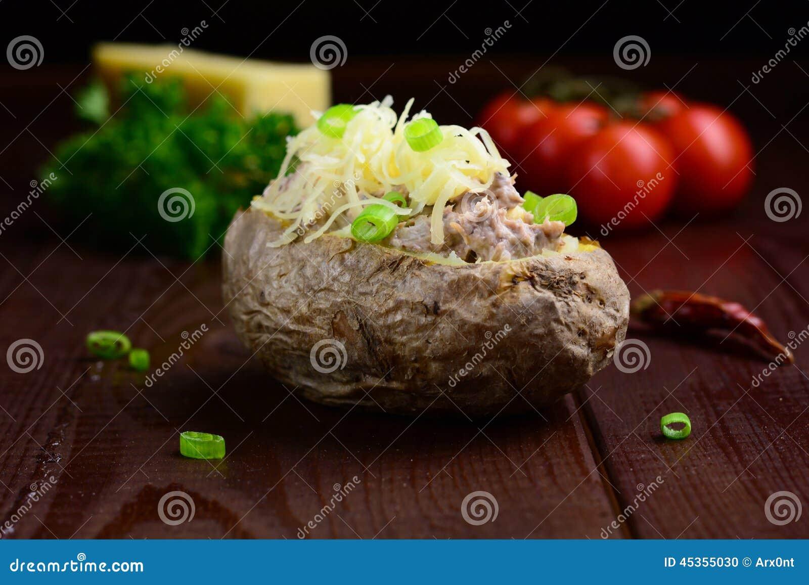 Pomme de terre cuite au four avec de la salade de thon