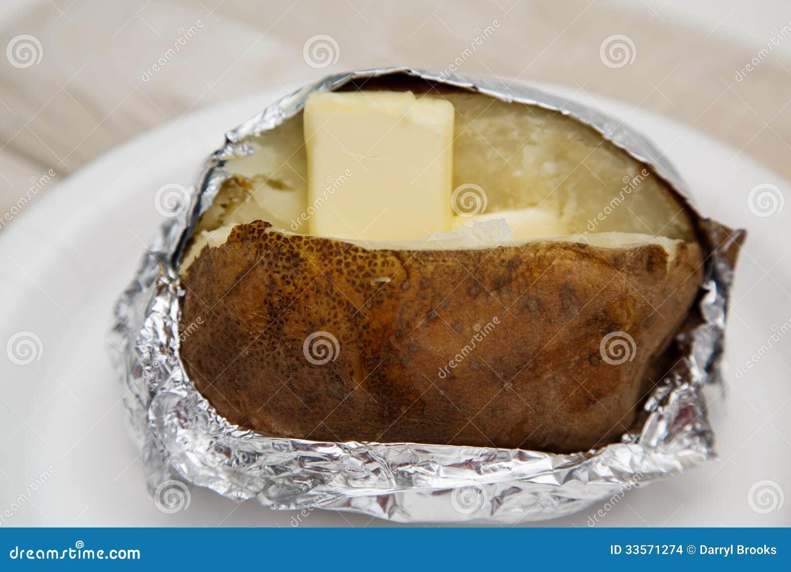 Pomme de terre cuite au four dans l 39 aluminium avec du - Butter pomme de terre ...