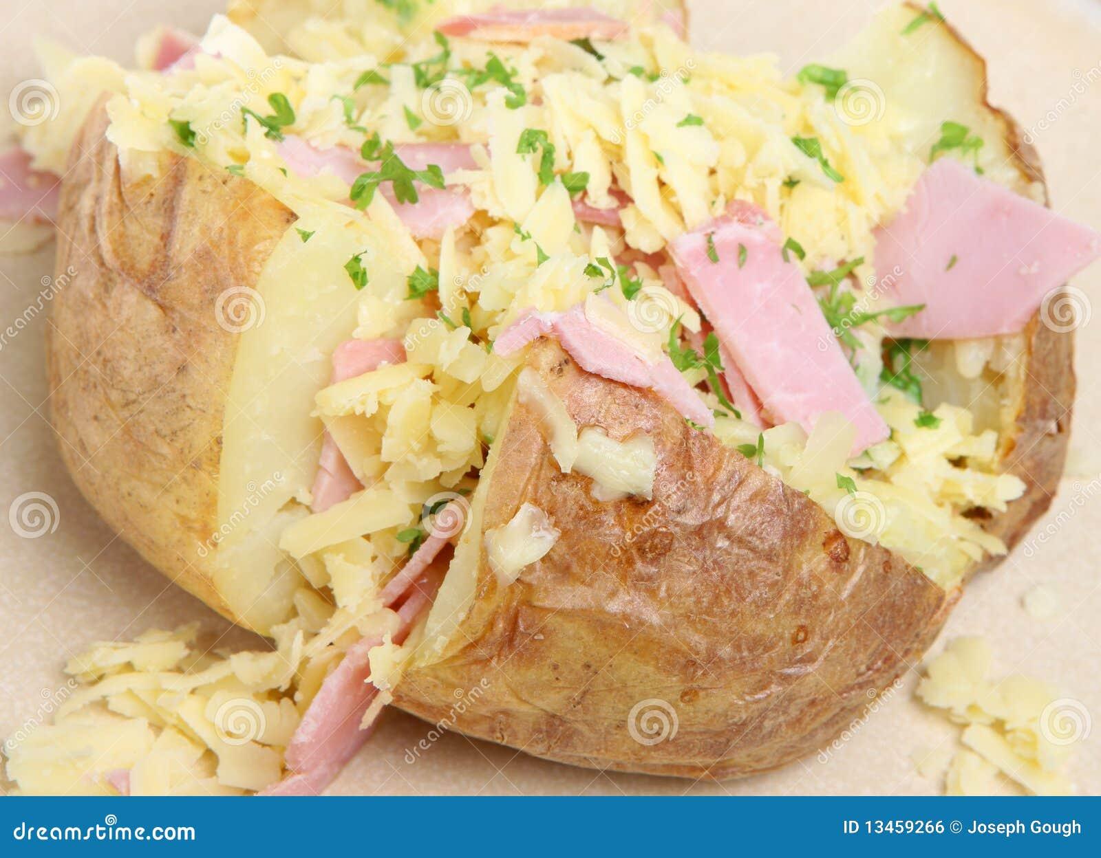 Pomme de terre en robe de chambre avec du jambon et le fromage