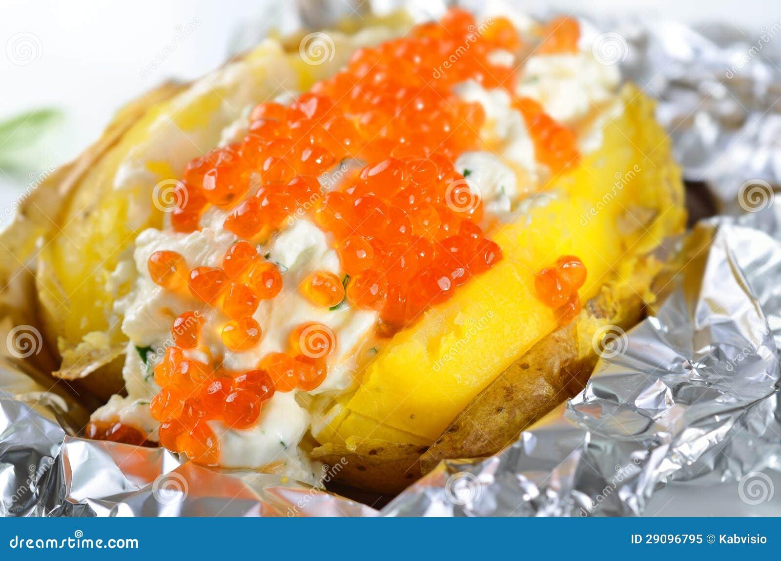 Pomme de terre en robe de chambre avec le caviar image - Pomme de terre en robe de chambre au four ...