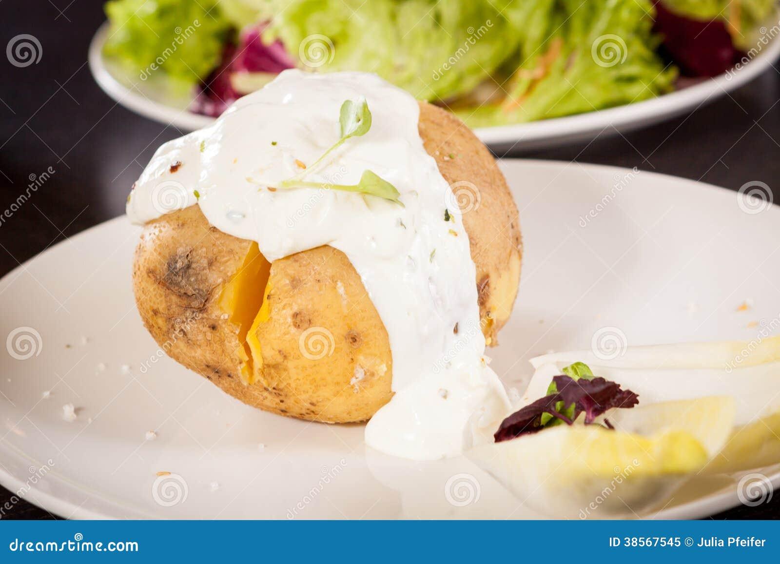 pomme de terre en robe de chambre cuite au four avec de la sauce cr me sure photo libre de. Black Bedroom Furniture Sets. Home Design Ideas