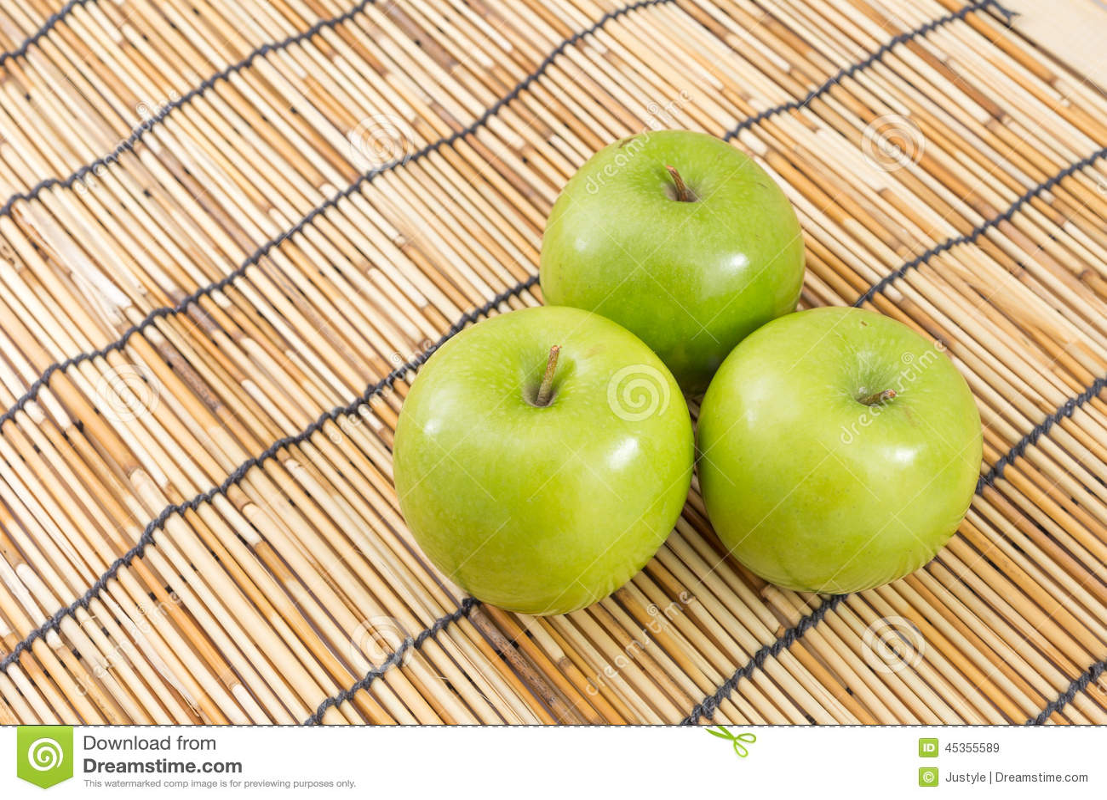 Pomme verte sur le tapis