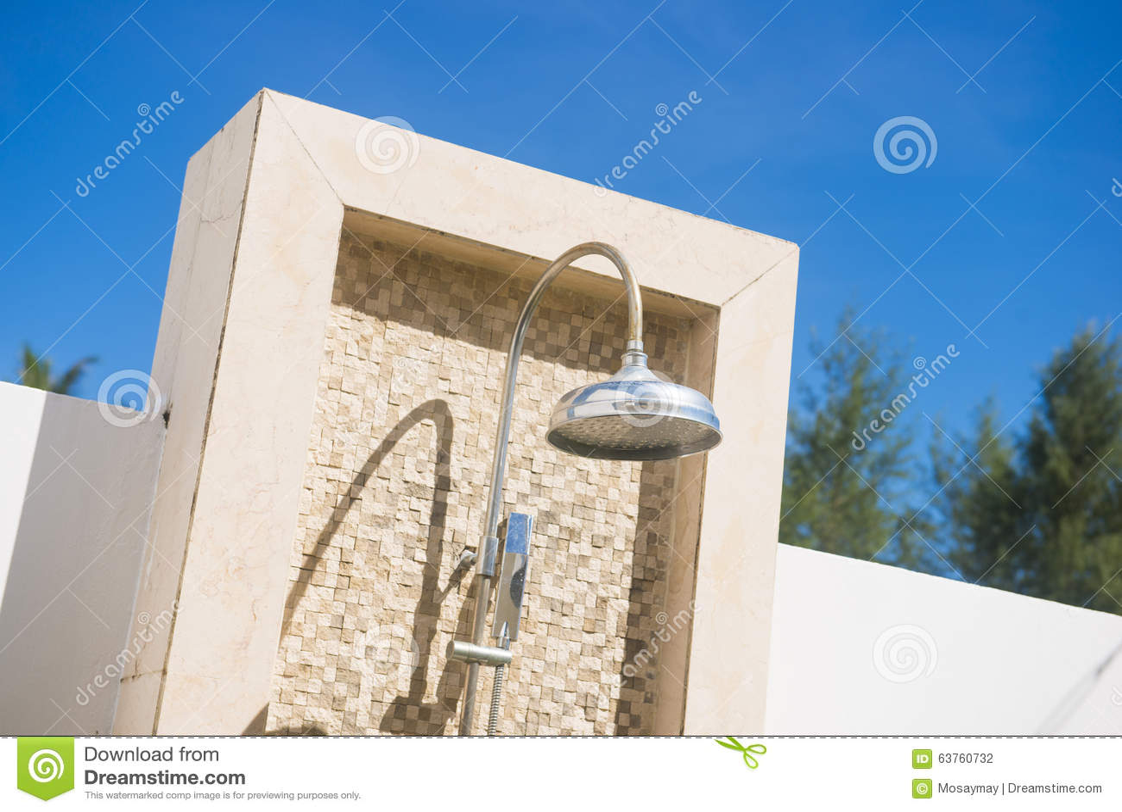 Pommeau de douche ext rieur avec le mur de briques photo stock image 63760732 - Prix pommeau de douche ...