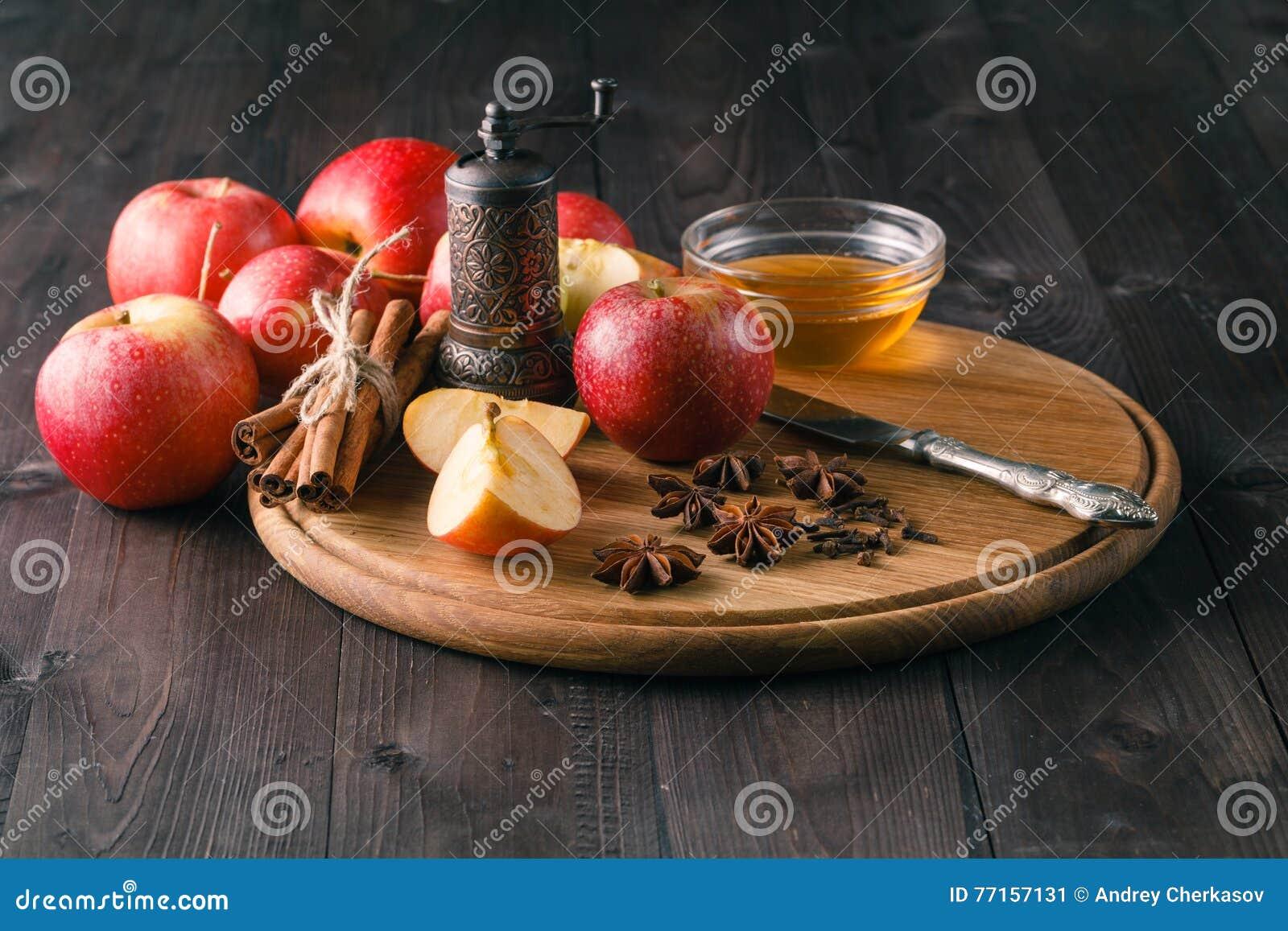 Pommes, cannelle, anis et clou de girofle avec l étain de cuisson