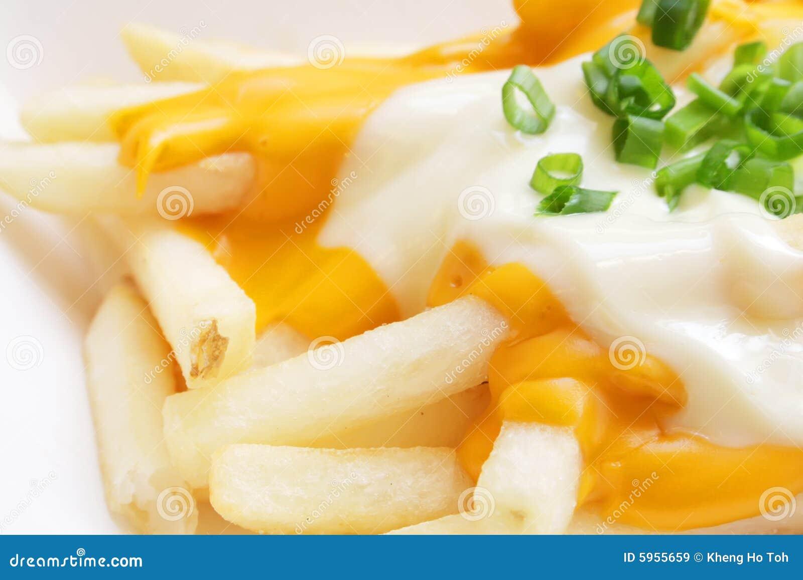 Pommes chips avec la sauce au jus fondue de fromage