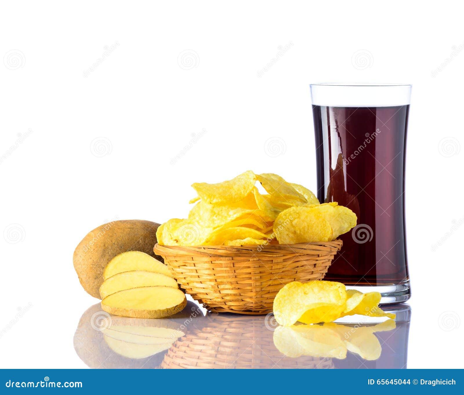 Pommes chips avec le kola sur le blanc