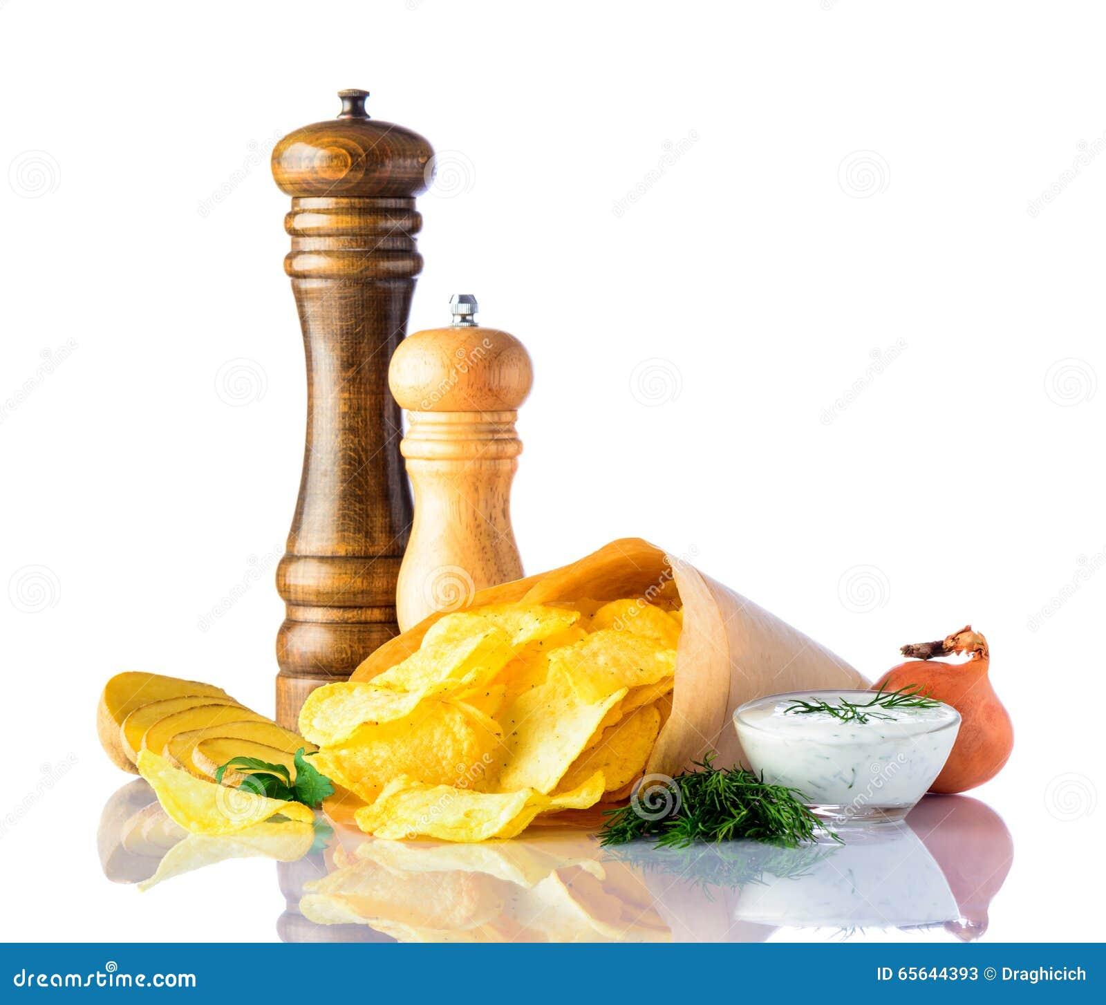Pommes chips et ingrédients sur le blanc