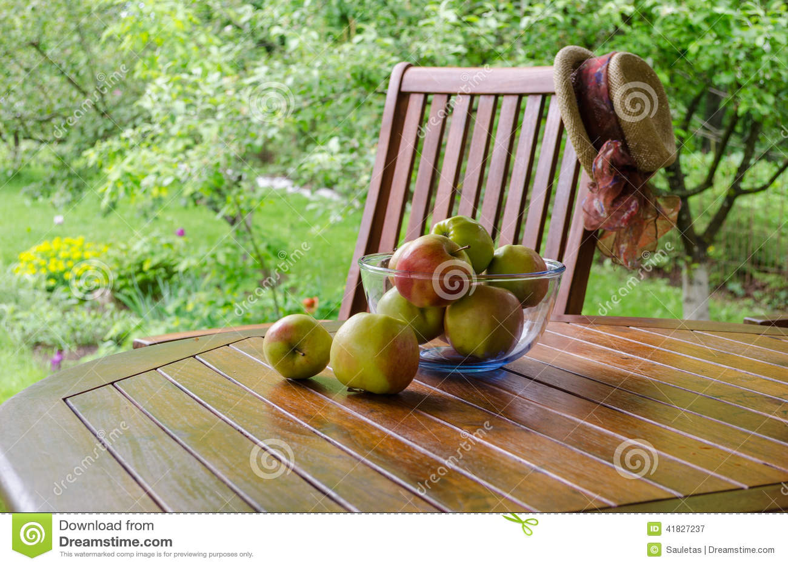 Pommes Dans Le Plat En Verre Sur La Table De Tonnelle Dans Le Jardin ...