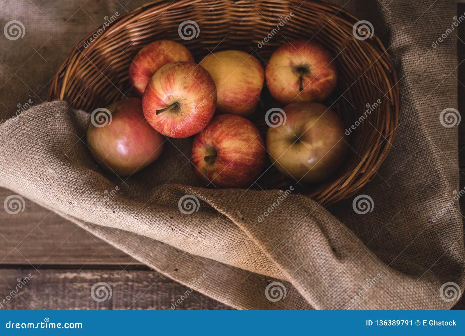 Pommes dans un panier en osier
