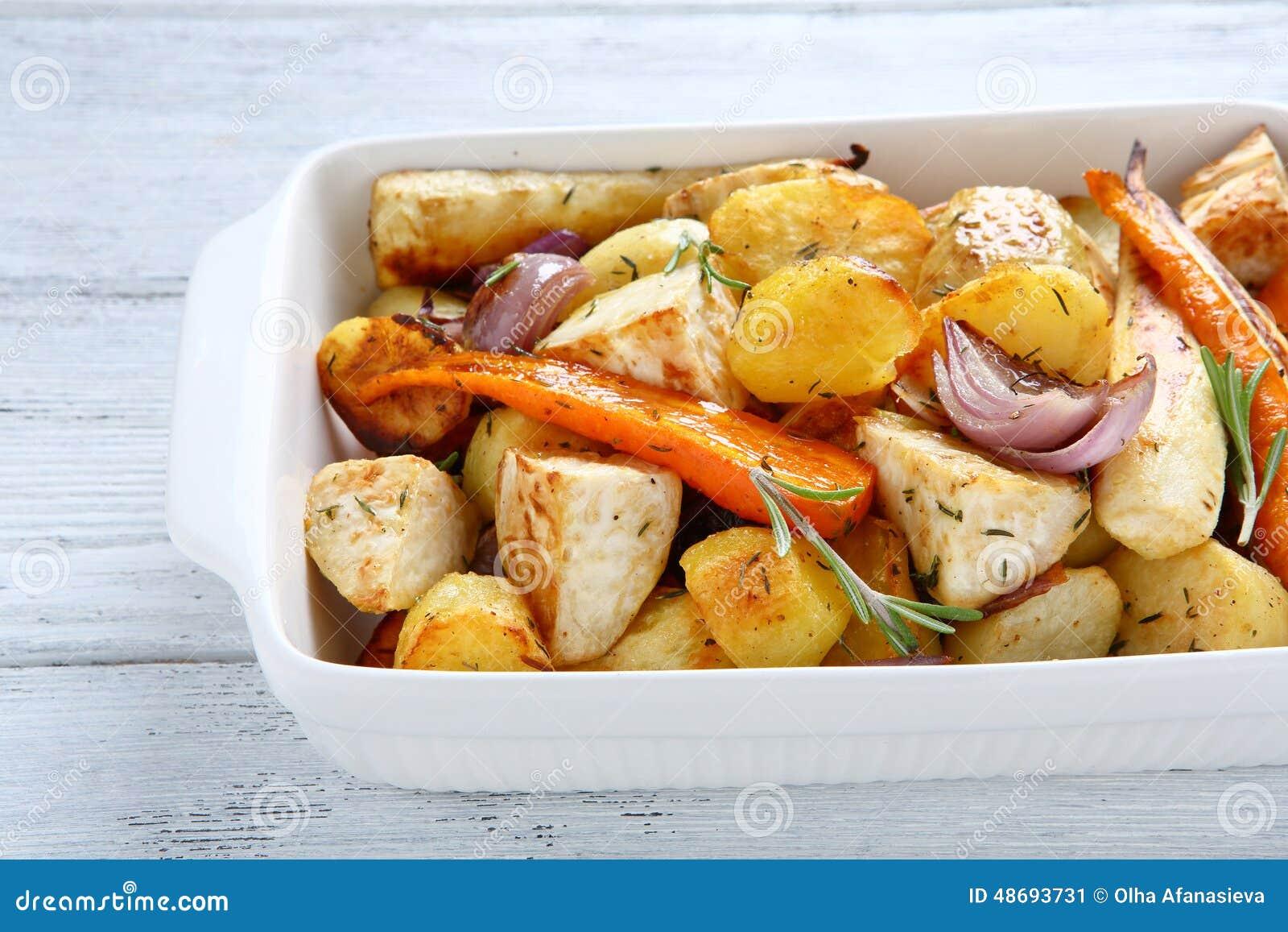 Pommes de terre cuites au four avec des carottes et des oignons