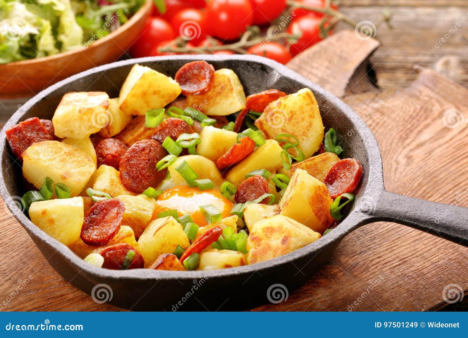 Pommes De Terre Cuites Au Four Avec Le Chorizo Et L Oeuf Au Plat De
