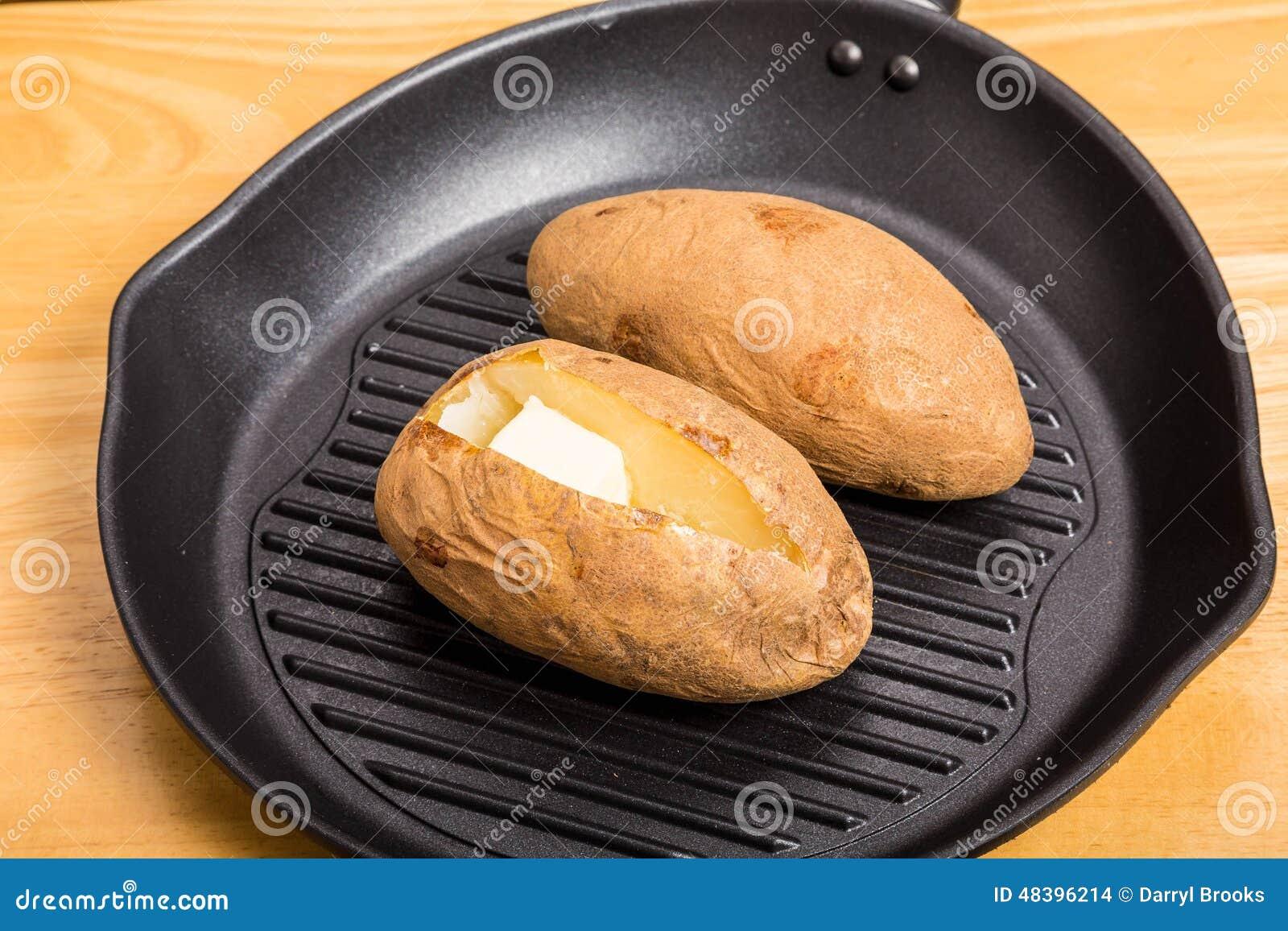 Pommes de terre cuites au four dans la po le noire de fer photo stock image 48396214 - Conservation pommes de terre cuites ...