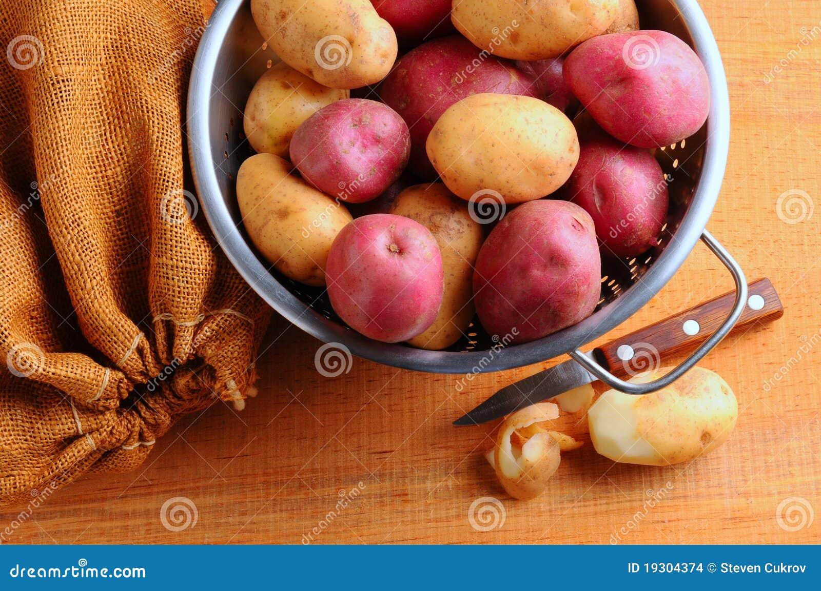 Pommes De Terre Dans La Passoire Avec Le Sac A Toile De Jute Photo