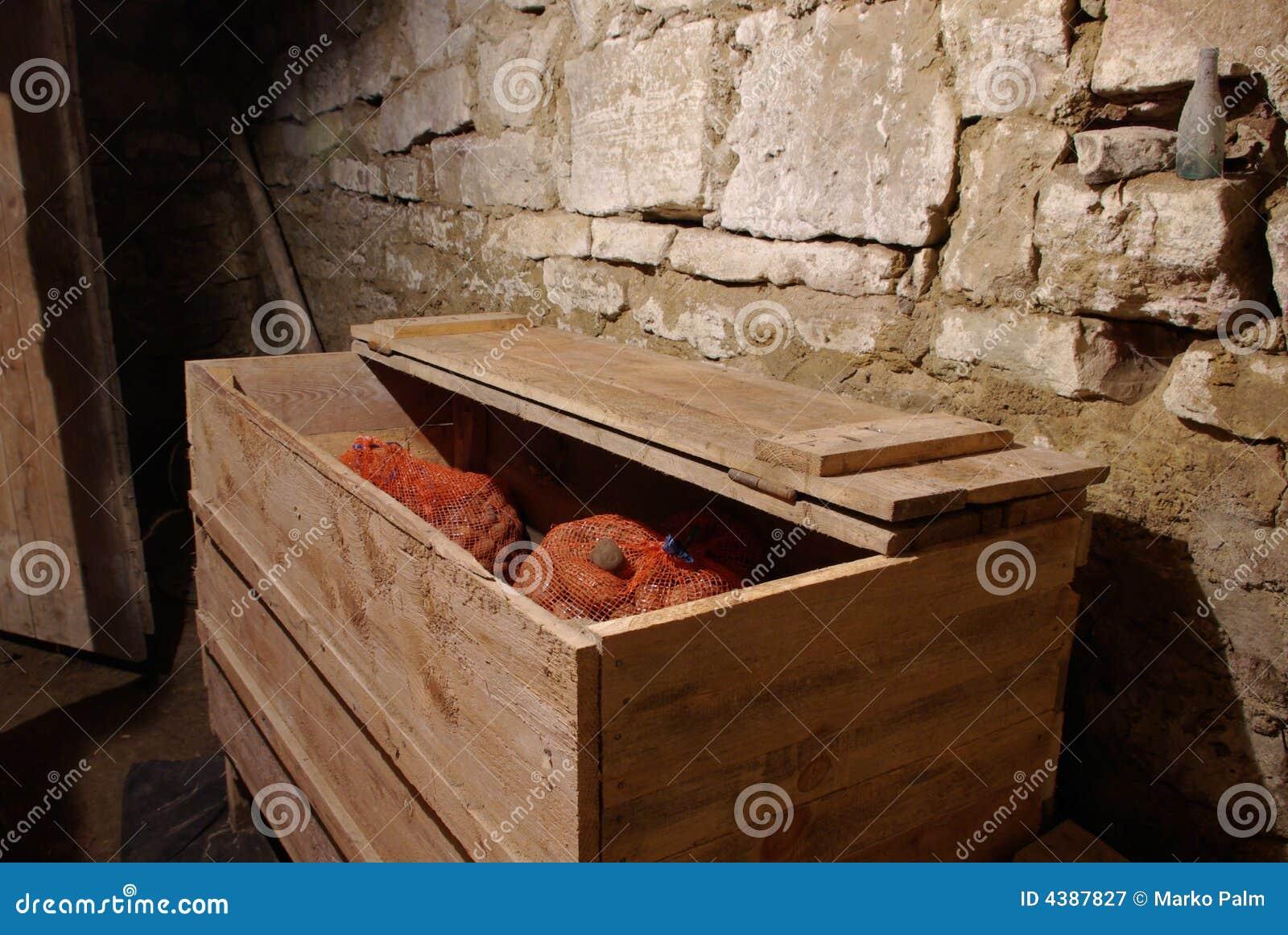 Pommes De Terre Dans Le Coffre De Grenier Image stock - Image du marché, végétation: 4387827