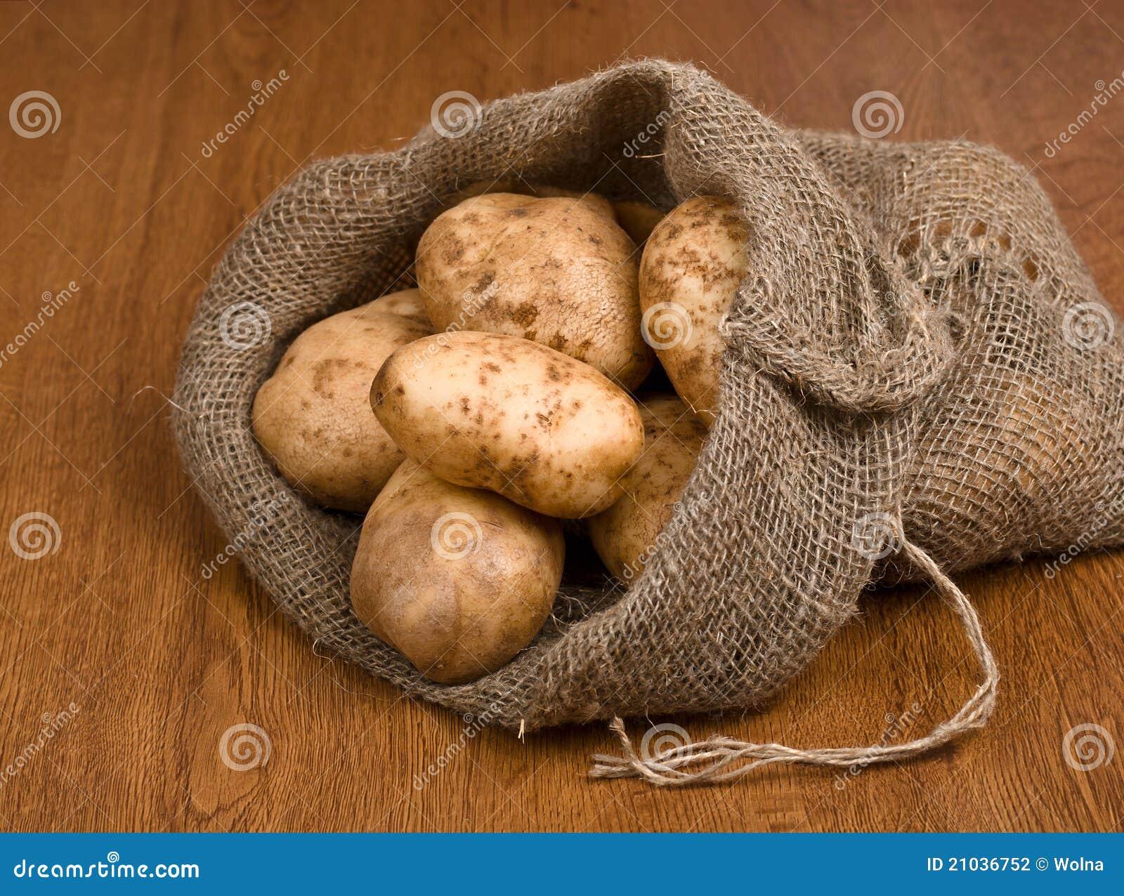Pommes de terre de moisson dans le sac à toile de jute, de côté