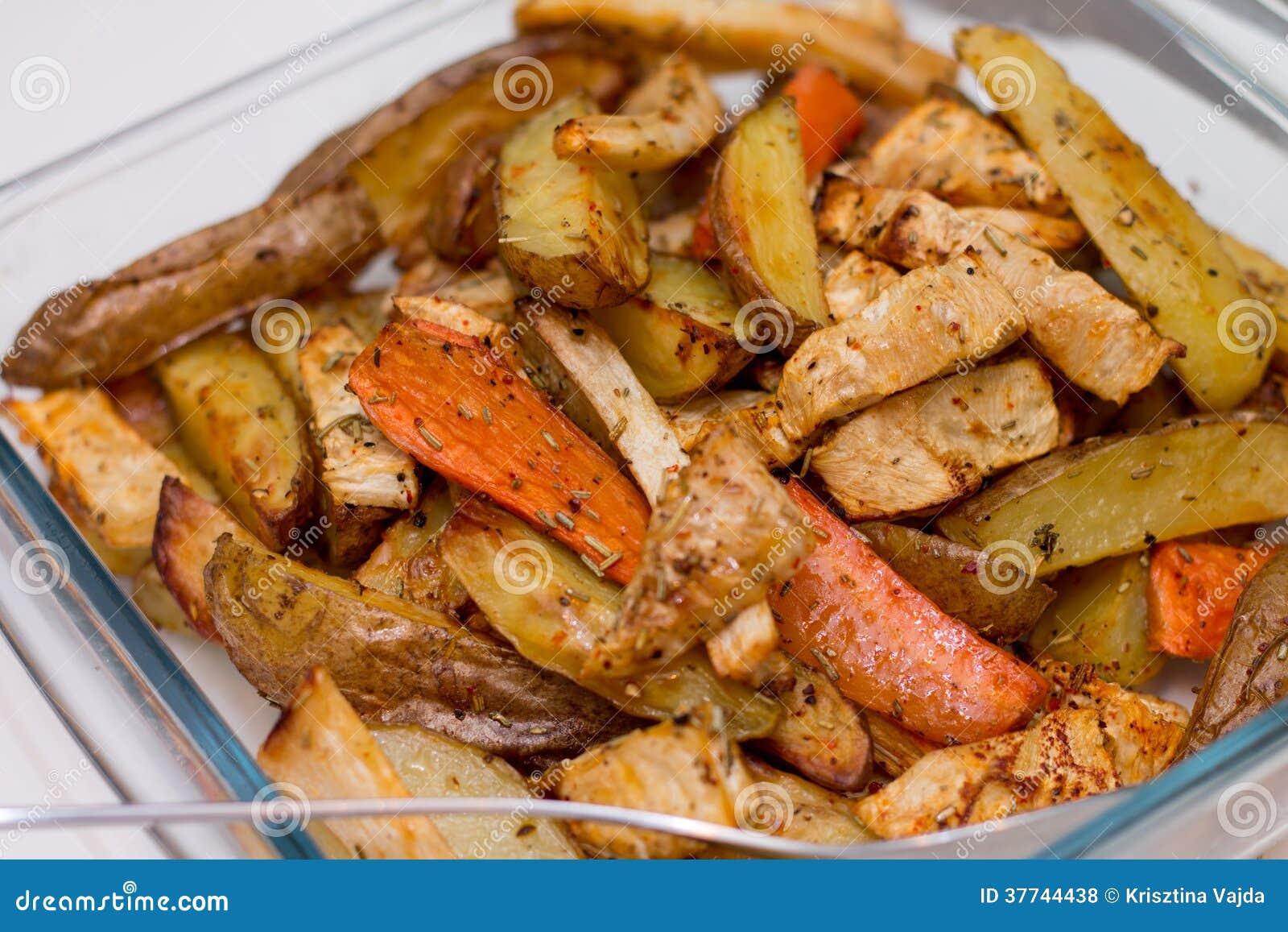 pommes de terre et carottes cuites au four par four photo stock image 37744438. Black Bedroom Furniture Sets. Home Design Ideas