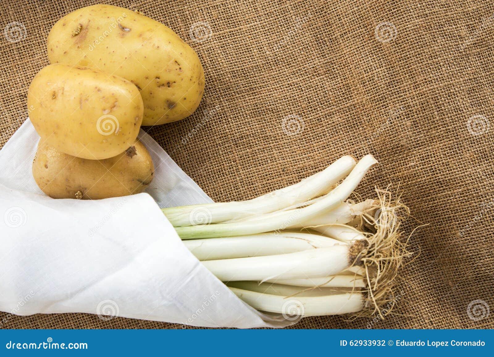 Pommes de terre et poireaux avec la serviette blanche