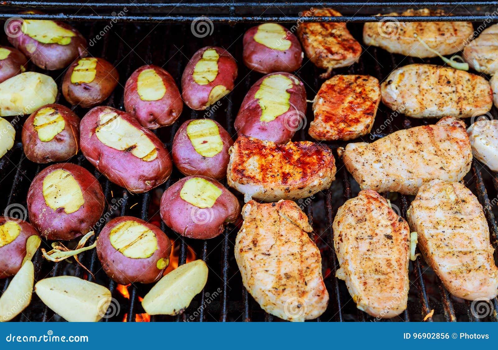 Pommes de terre frites avec le lard sur des brochettes Le concept de la consommation dehors pendant le week-end
