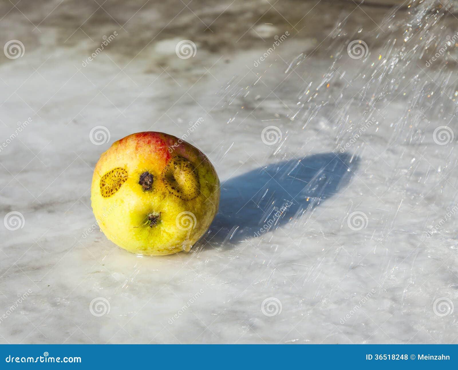 Pommes fraîches avec drôle