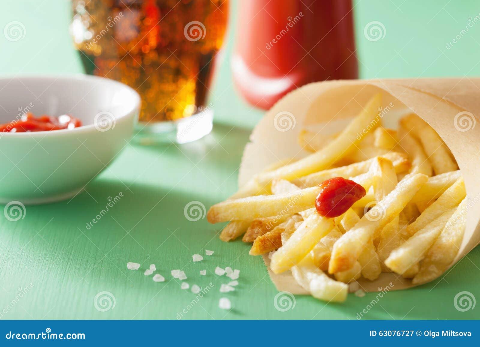 Download Pommes Frites Avec Le Ketchup Au-dessus Du Fond Vert Image stock - Image du portion, calories: 63076727