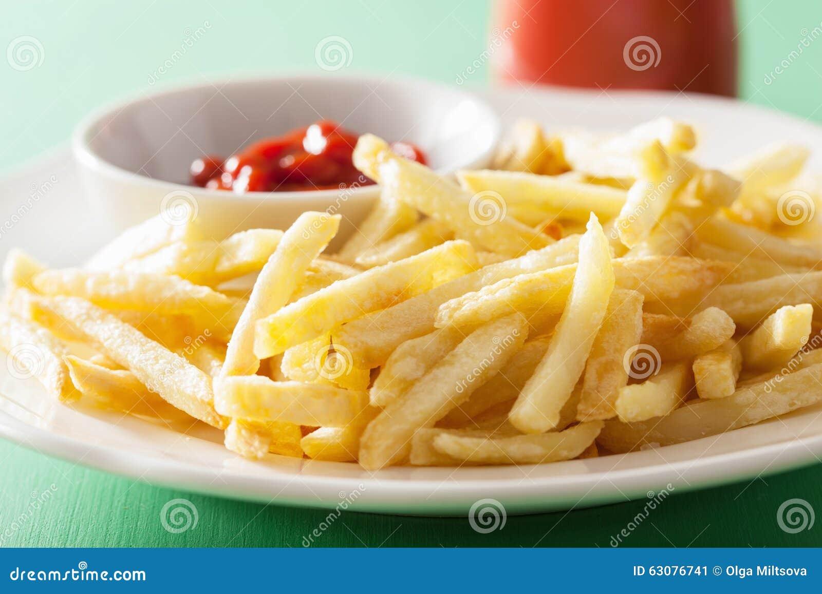 Download Pommes Frites Avec Le Ketchup Au-dessus Du Fond Vert Image stock - Image du puce, gros: 63076741