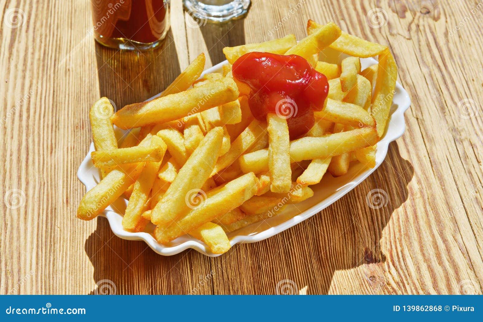 Pommes frites avec le ketchup
