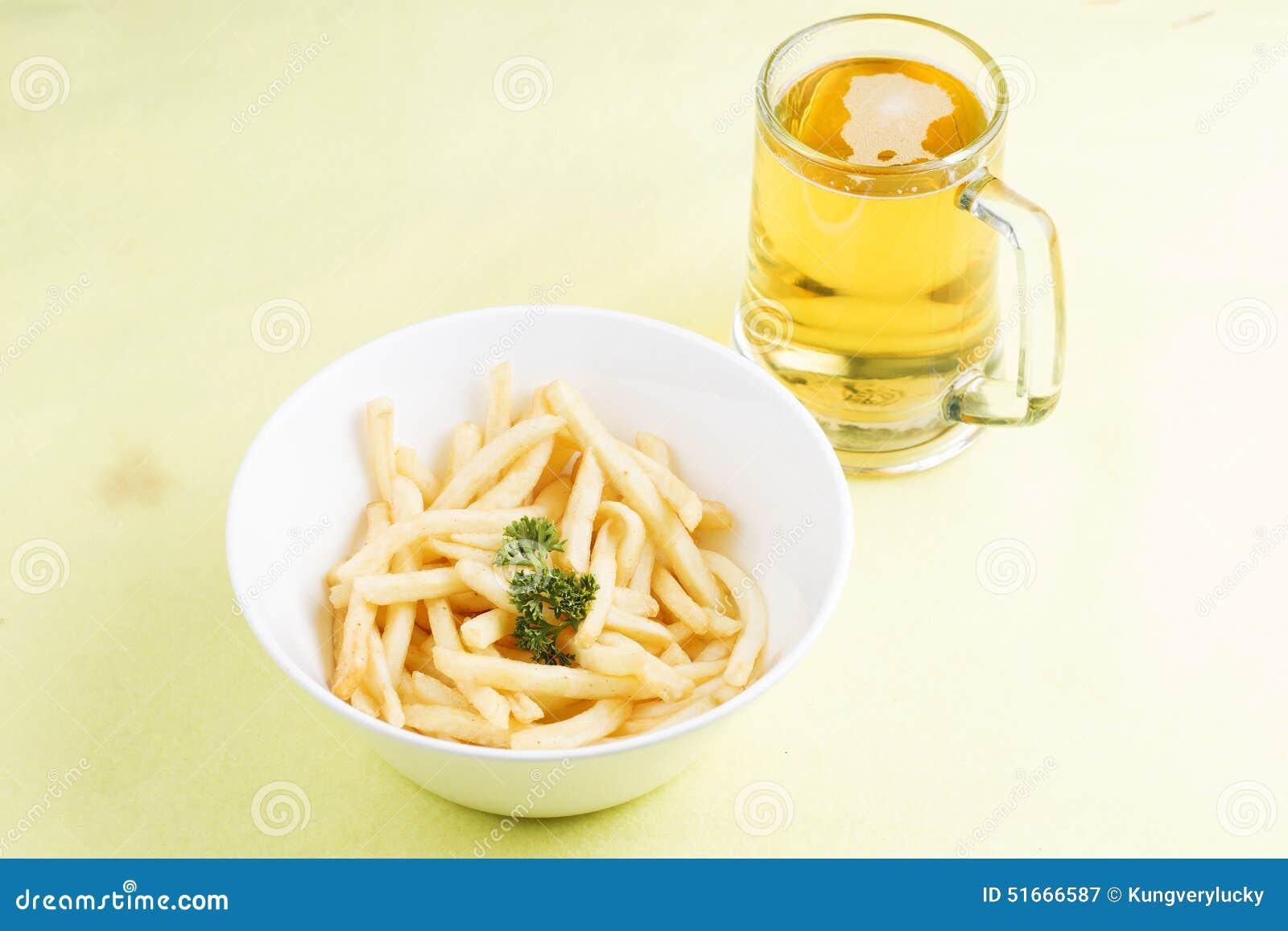 Pommes frites et bières fraîches