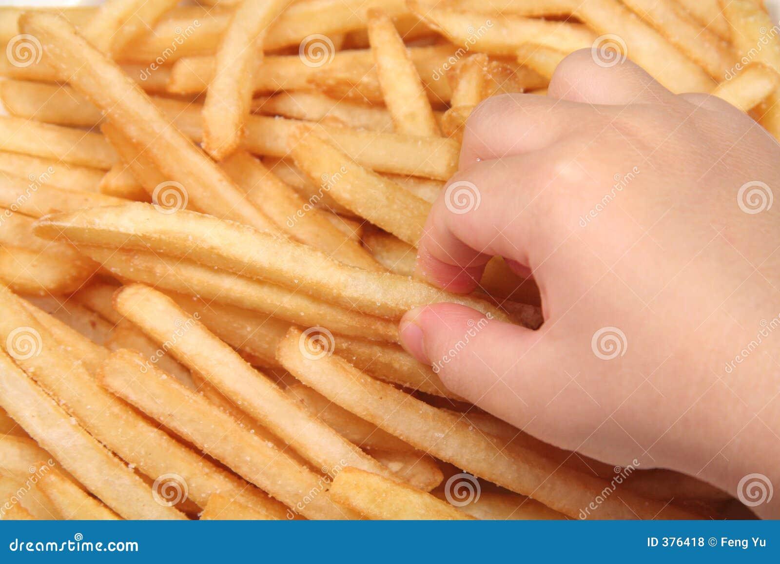 Pommes frites et main d enfant