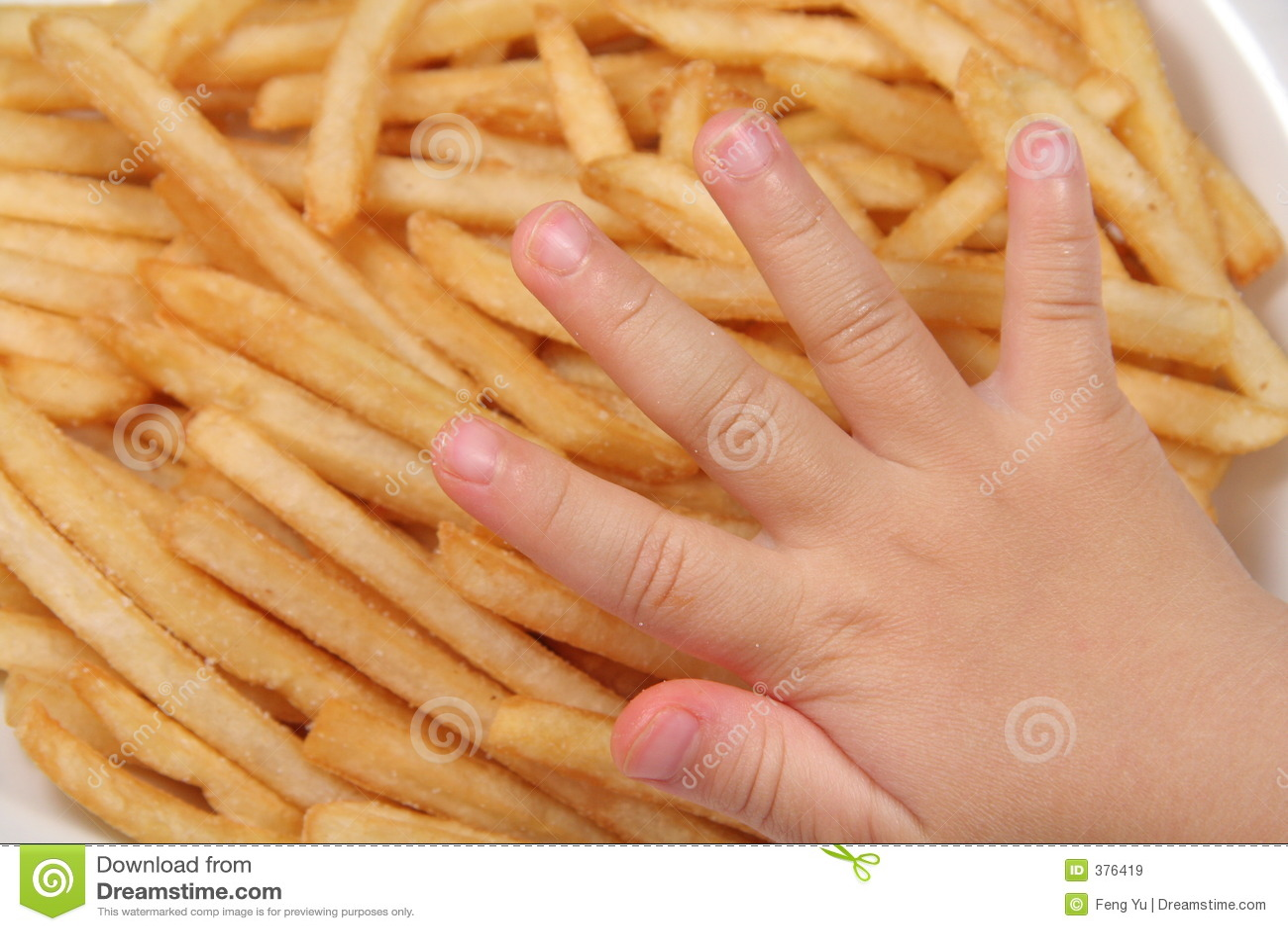 Pommes-Frites und Kindhand