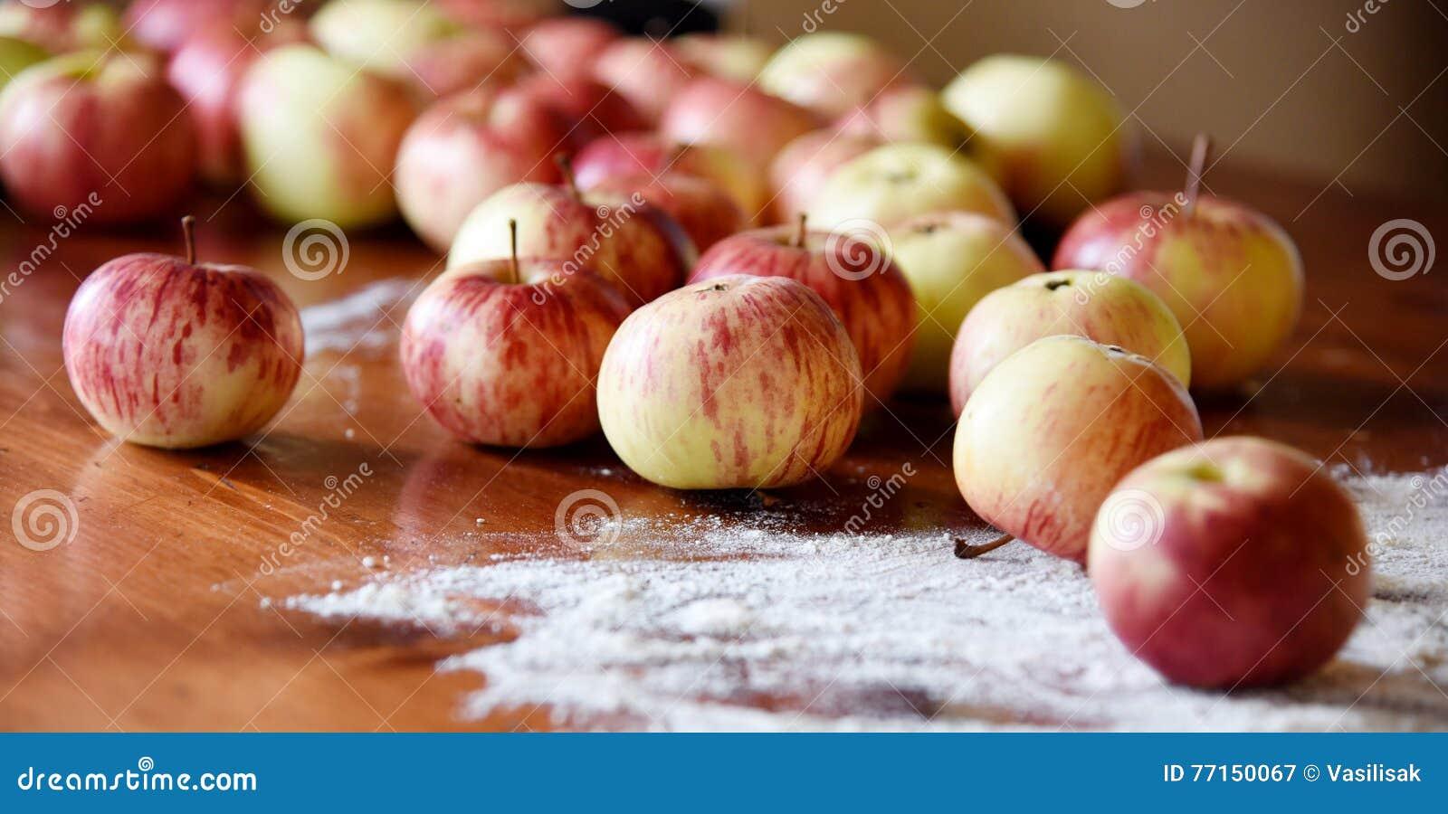 Pommes naturelles d eco-ferme s étendant sur la table en bois