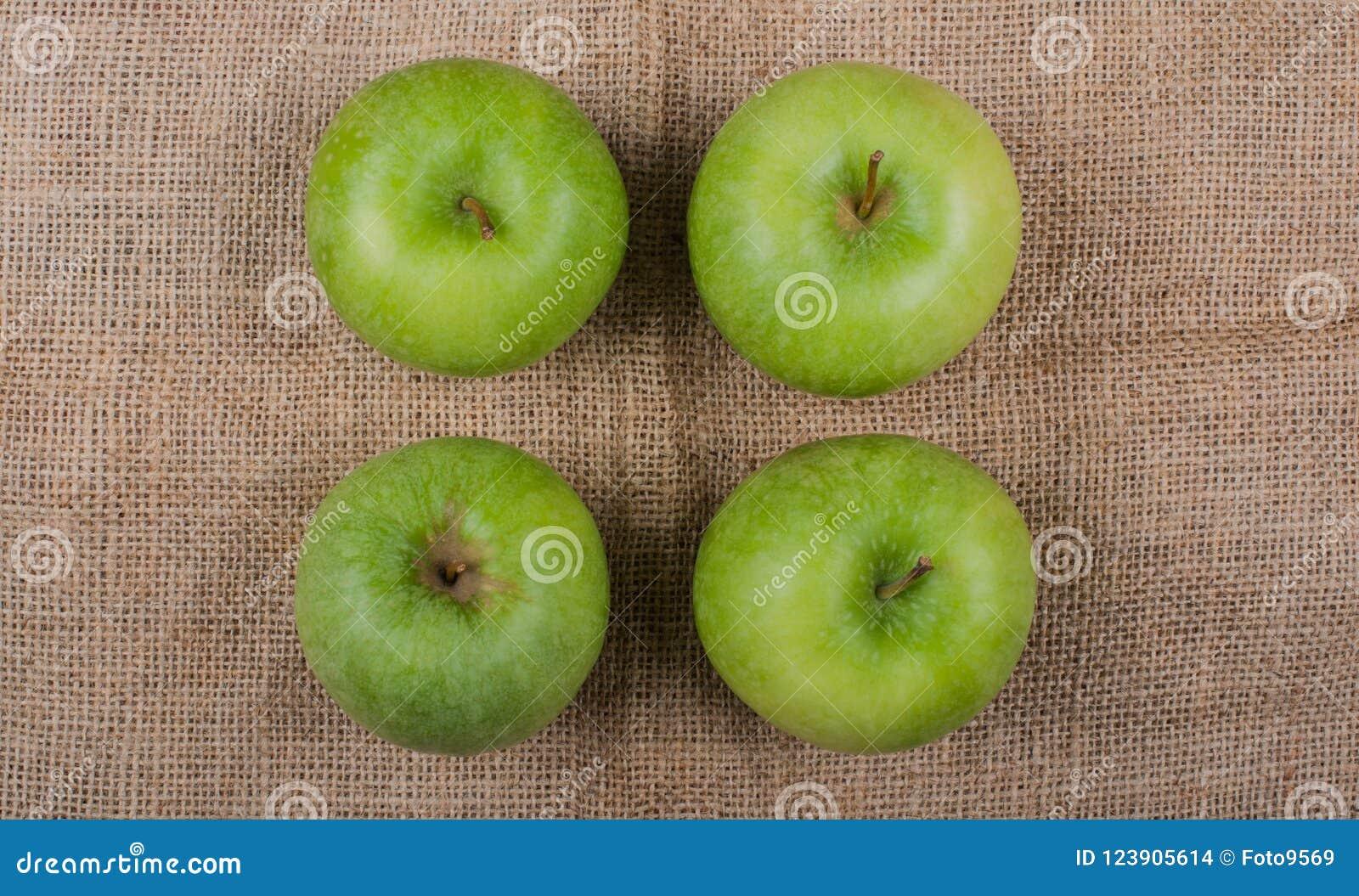 Pommes photographiées sur un tissu de jute