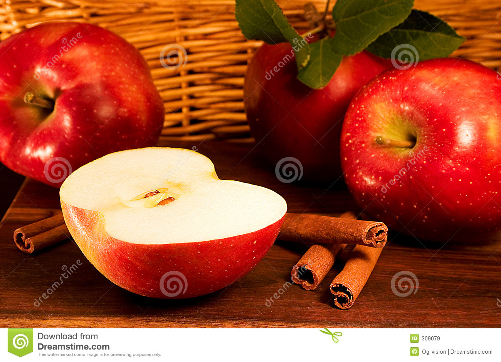 Pommes rouges avec des bâtons de cannelle