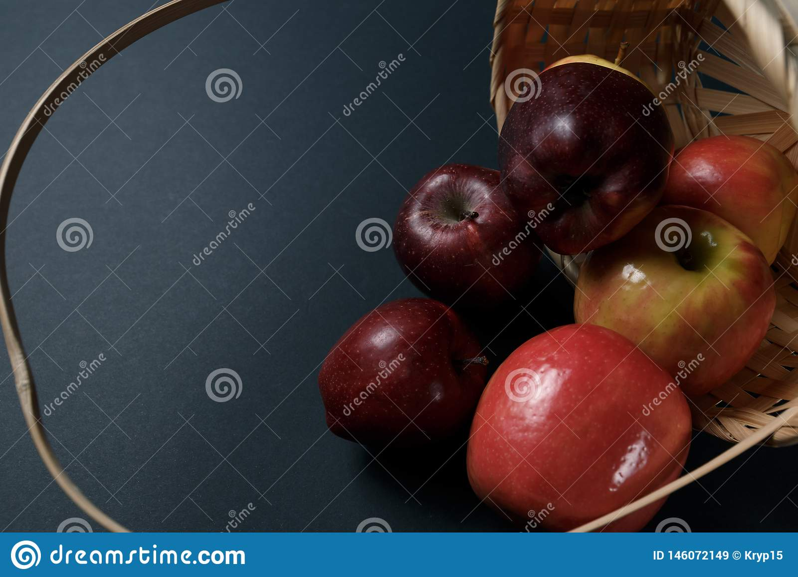 Pommes rouges m?res dans un panier