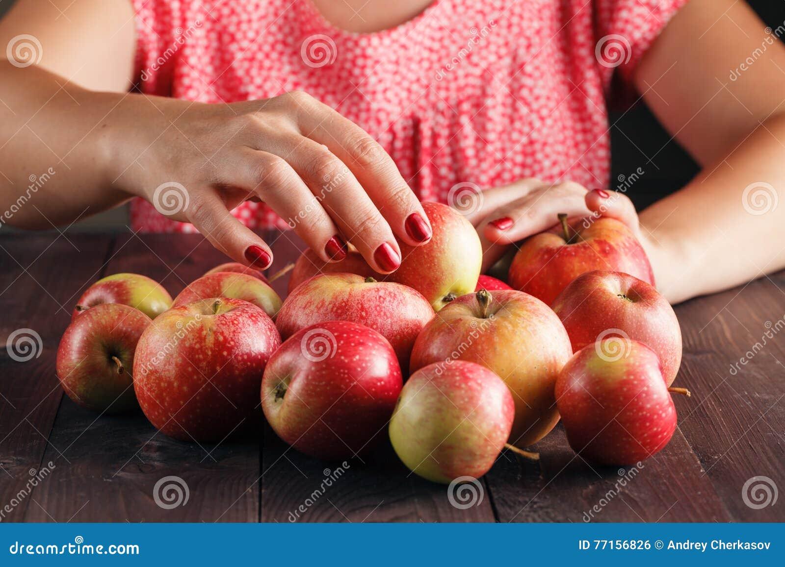 Pommes rouges mûres sur la fin de table
