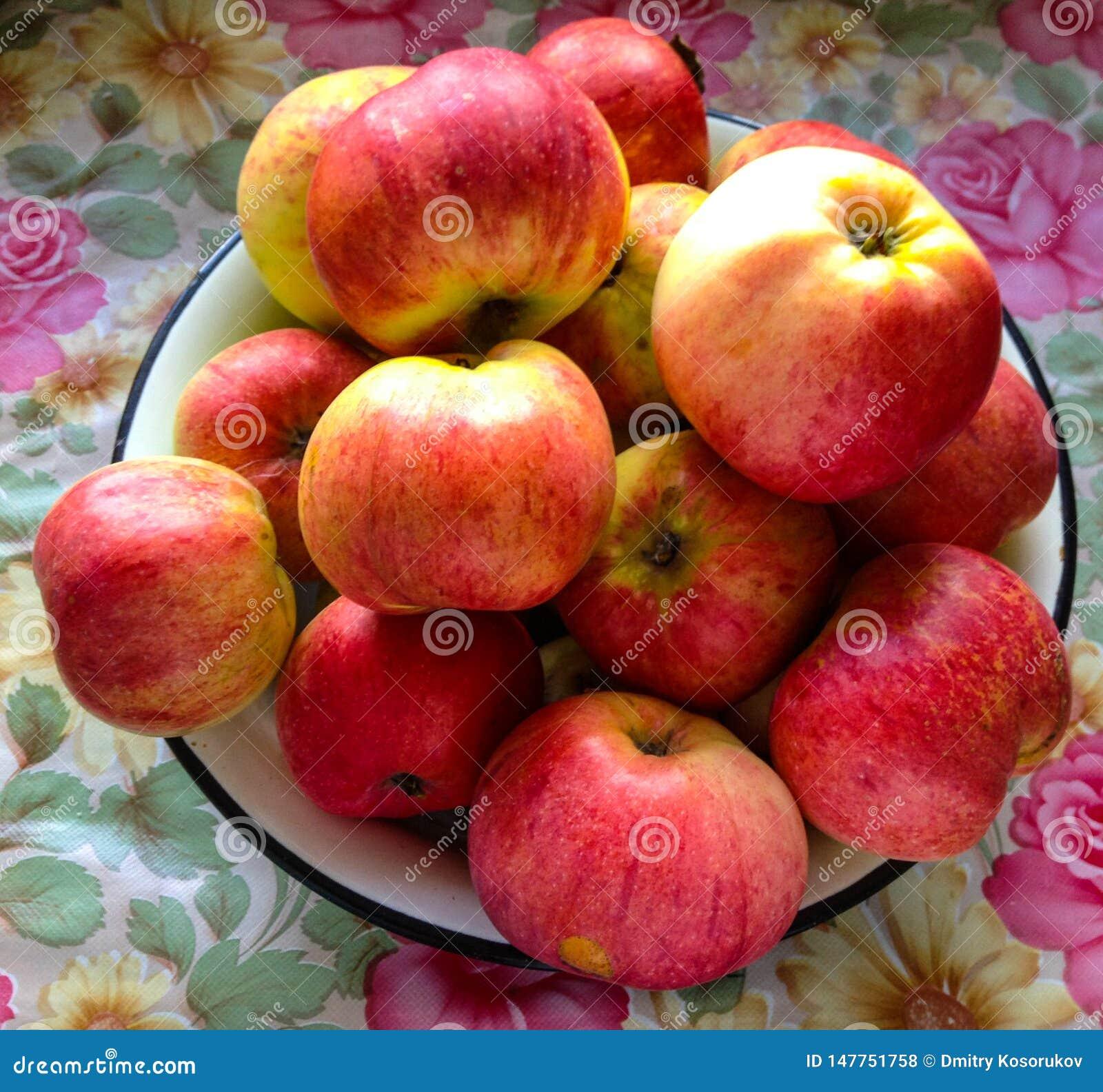 Pommes rouges sur la table