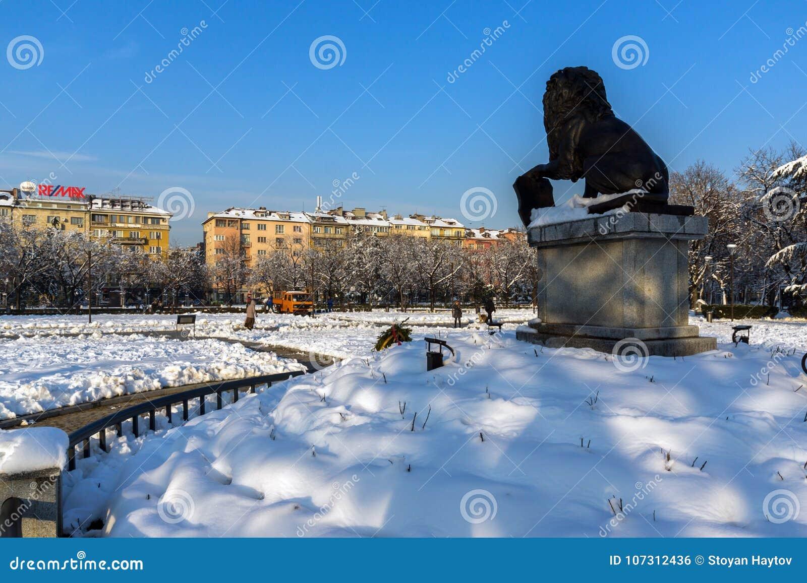 Pomnik Najpierw i szósty piechoty pułk w parku przed Krajowym pałac kultura